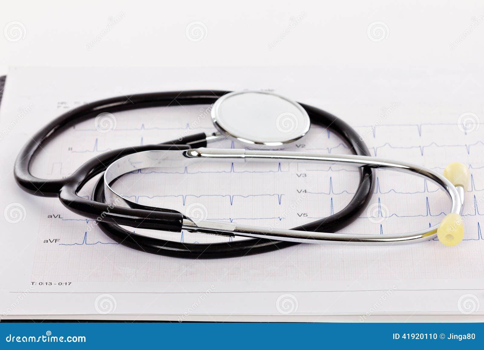 Estetoscopio en un electrocardiograma (ECG)