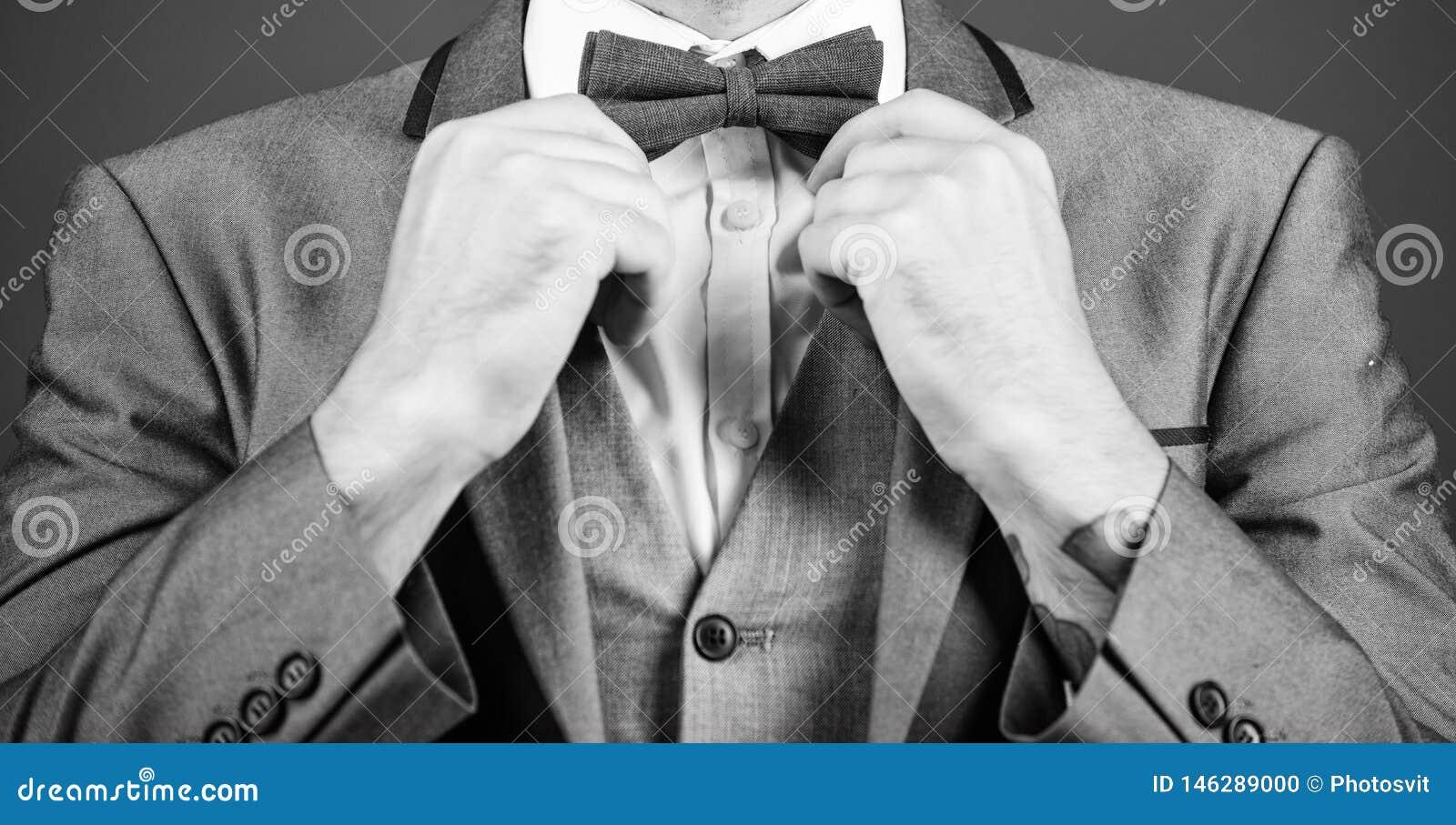 Esthete diretor de arte ? moda la?o do reparo do homem de neg?cios noivo de Bride do ilusionista pronto para o casamento Homem de