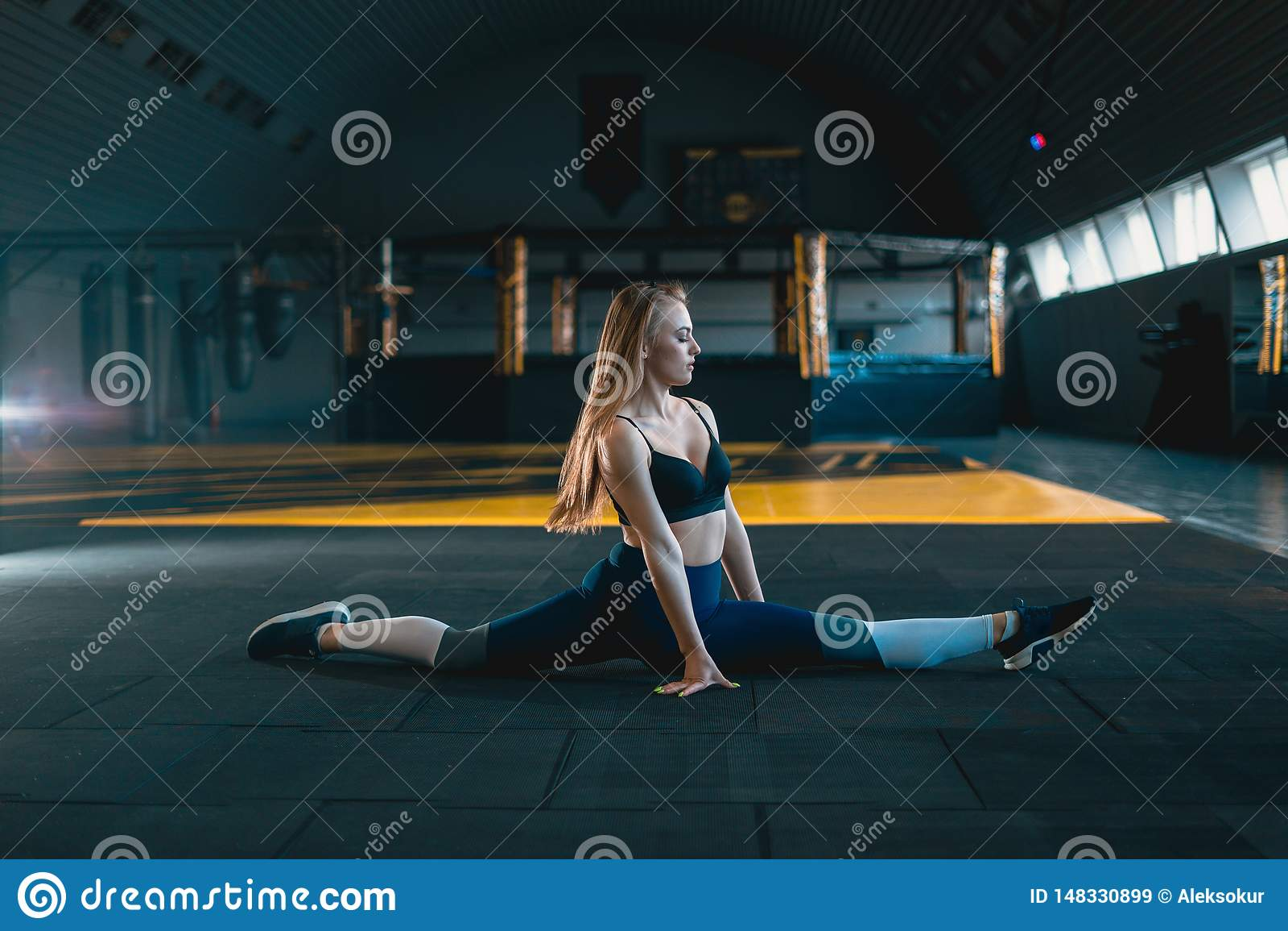 Esticando a menina da ginasta que faz a separa??o vertical, guita
