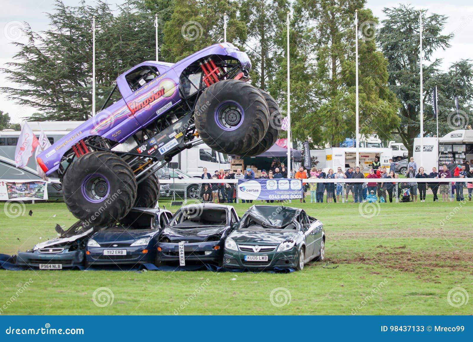 Estilingue do monster truck em Truckfest Norwich Reino Unido 2017