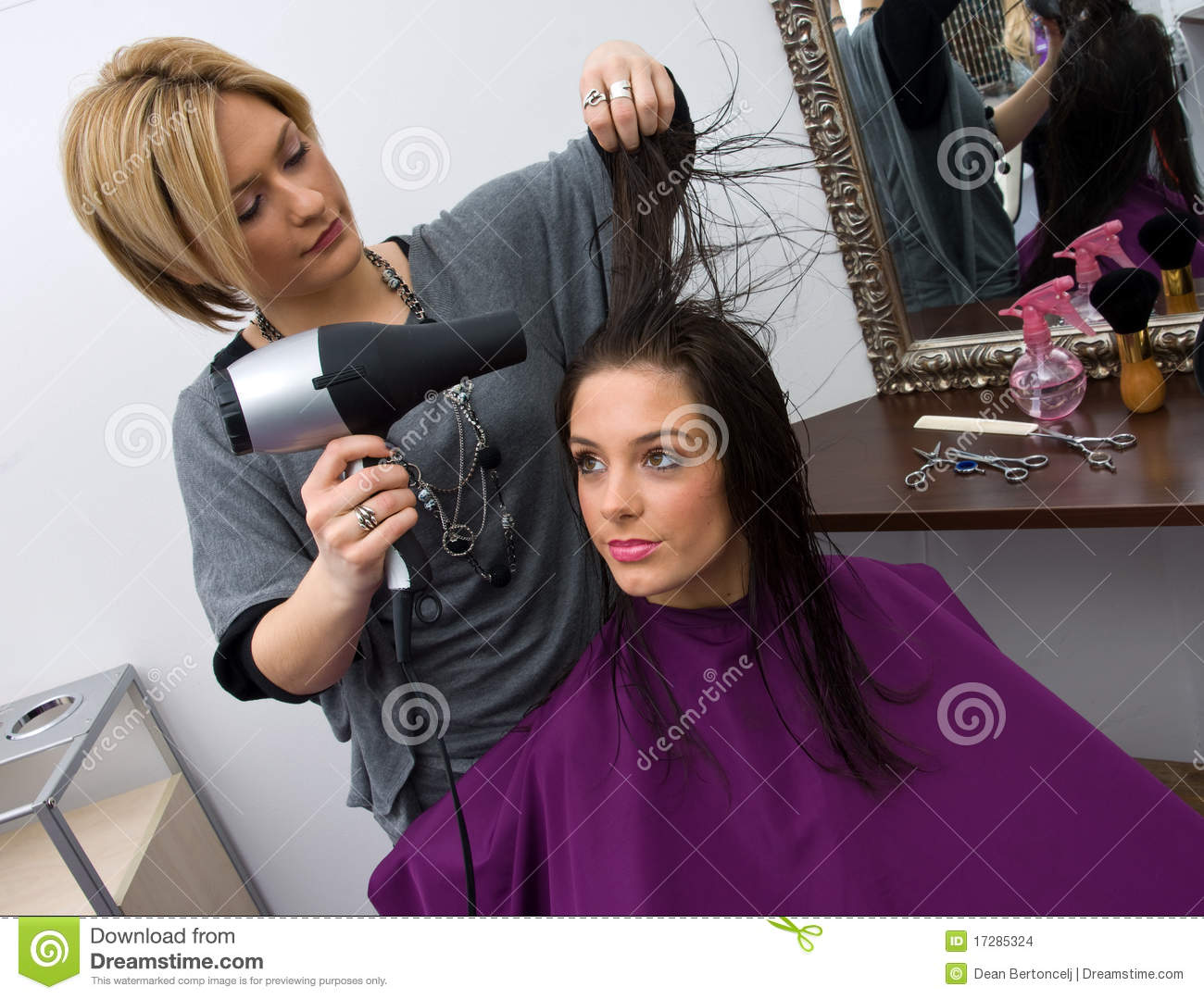 Estilista Pelo En Trabajo Brush Cut For Woman