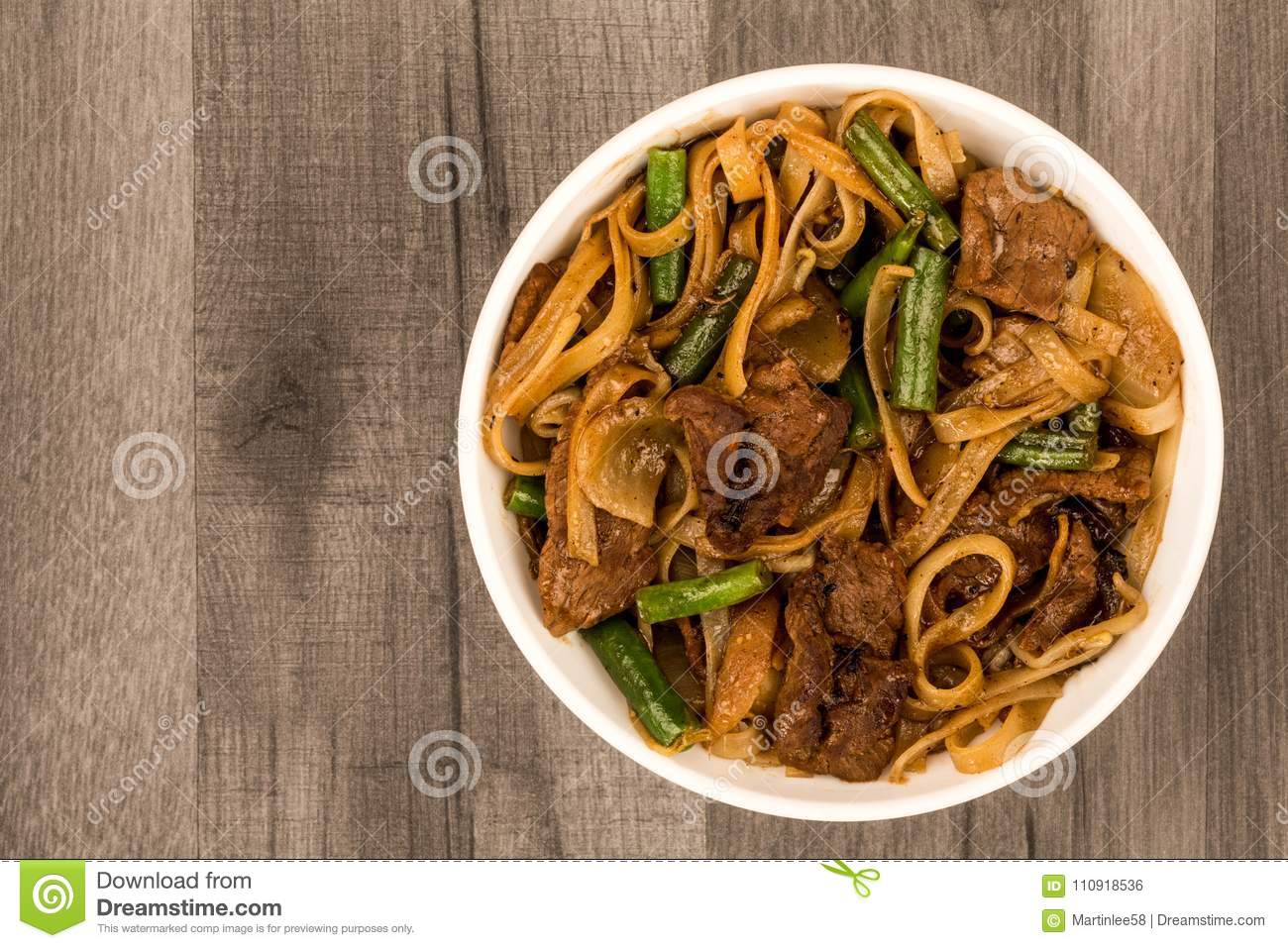 Estilo chino Fried Beef And Mushrooms Noodles