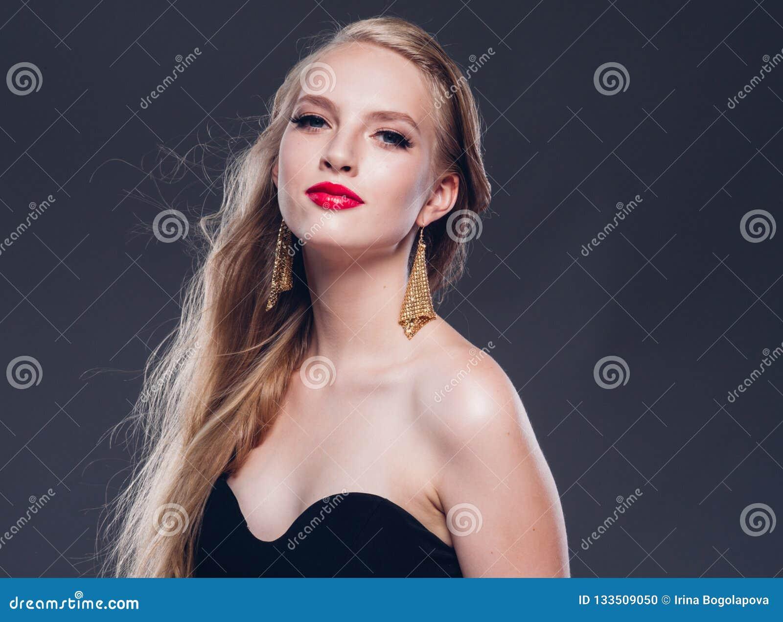 Estilo clásico de la mujer hermosa del pelo rubio con los labios rojos y año