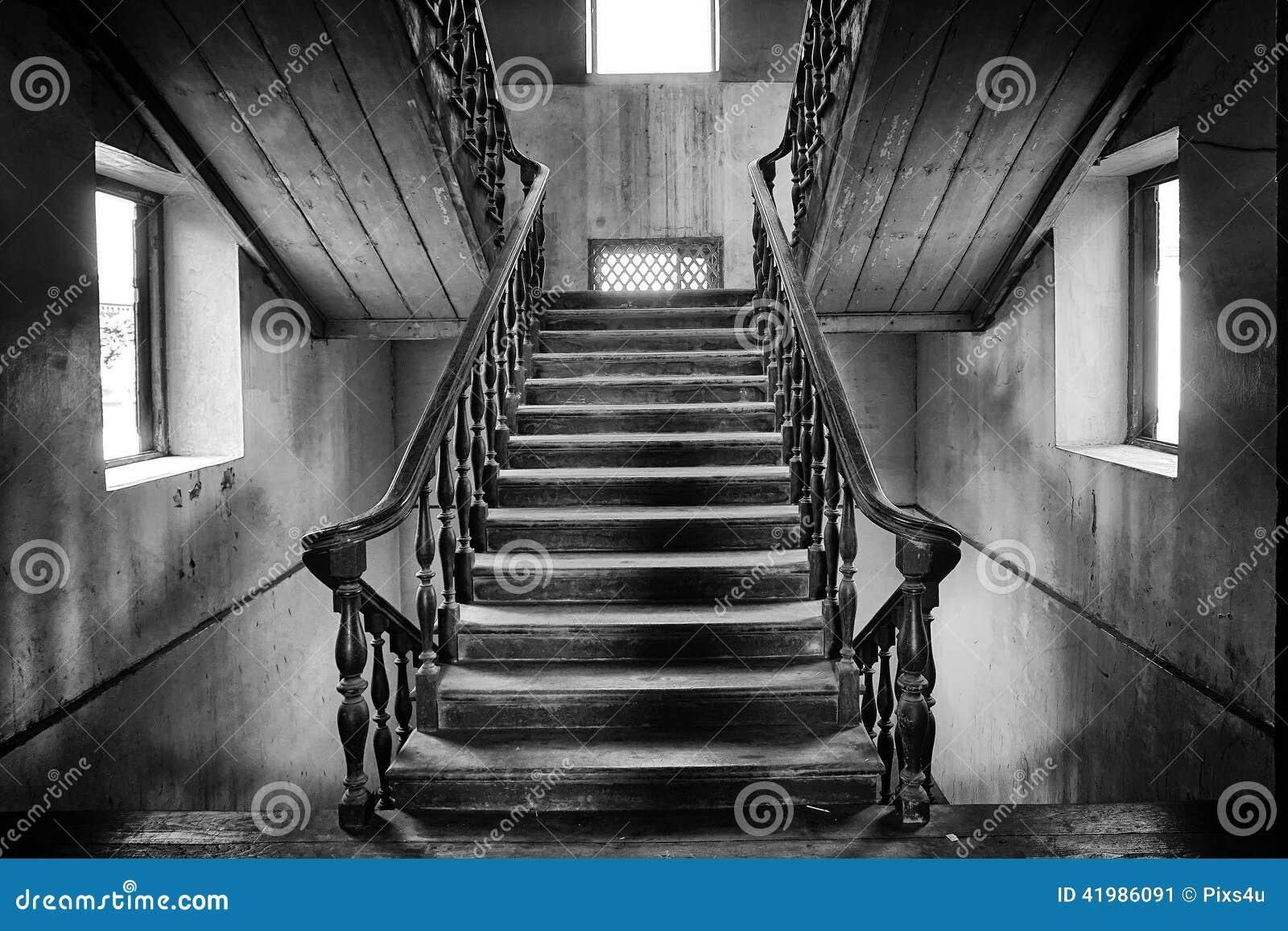 Estilo colonial de las escaleras antiguas en casa for La casa de las escaleras