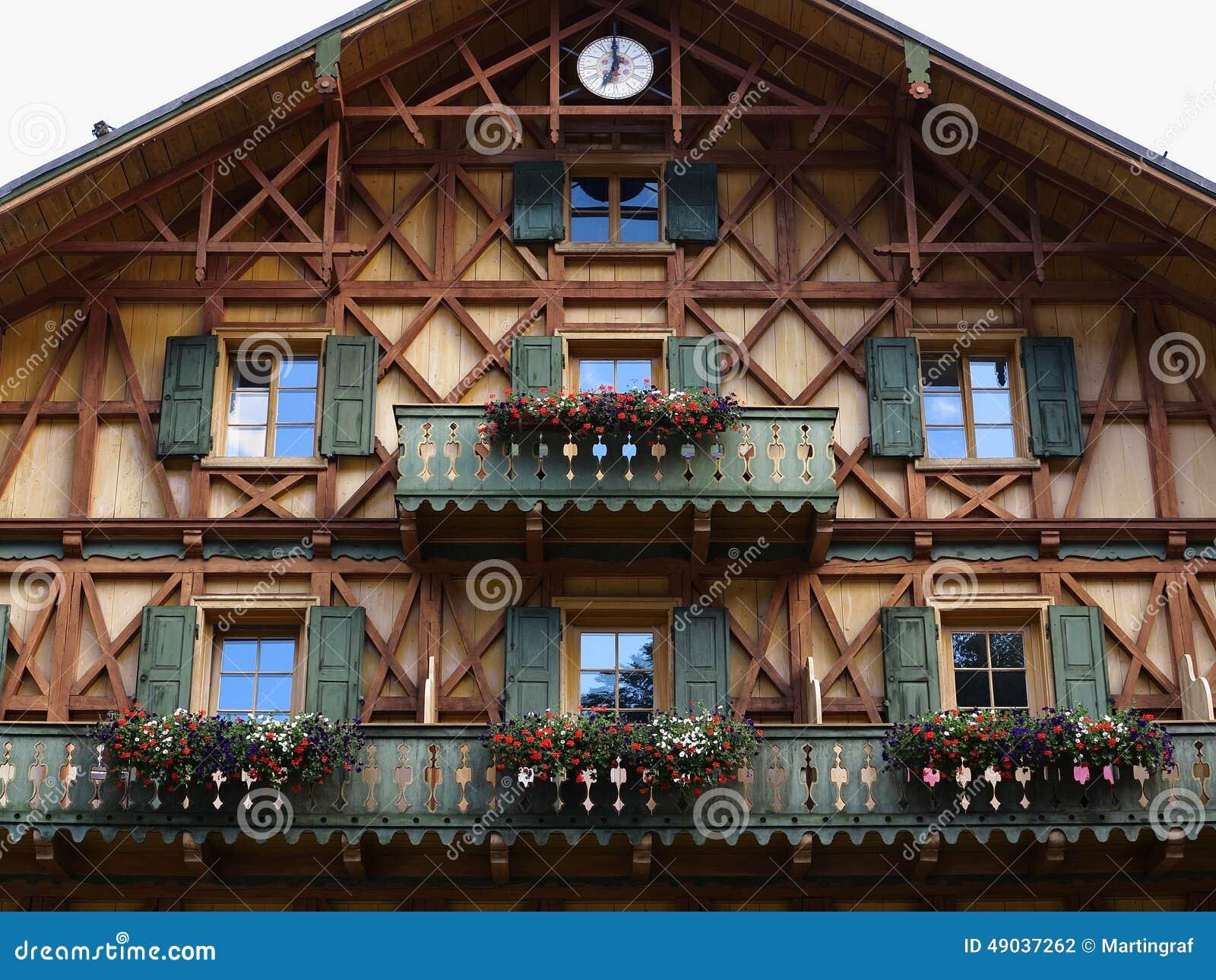 Estilo country de madeira da fachada da casa foto de stock for Fachada tradicional