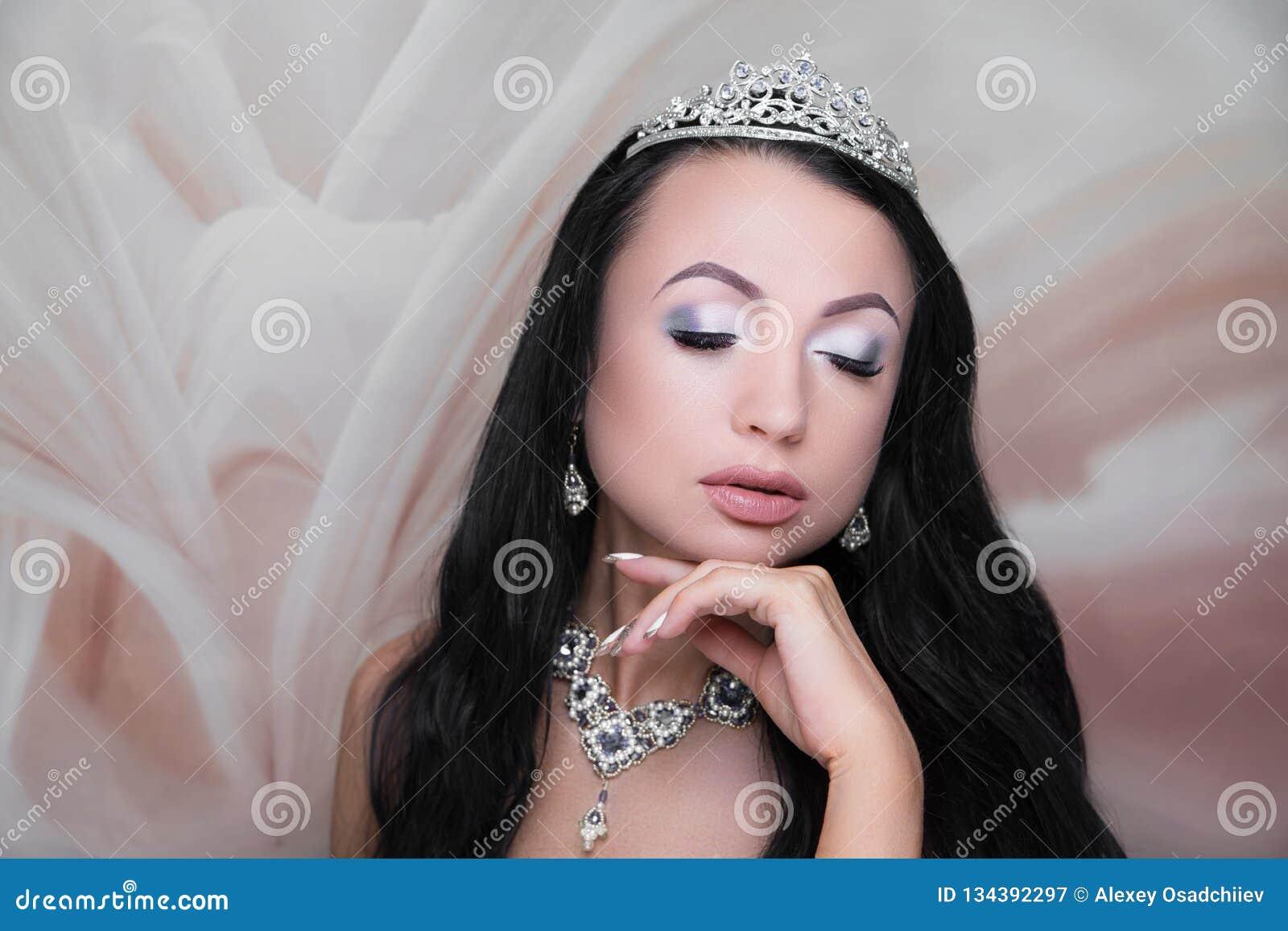 Estilo de la novia de la cara de la belleza de la mujer