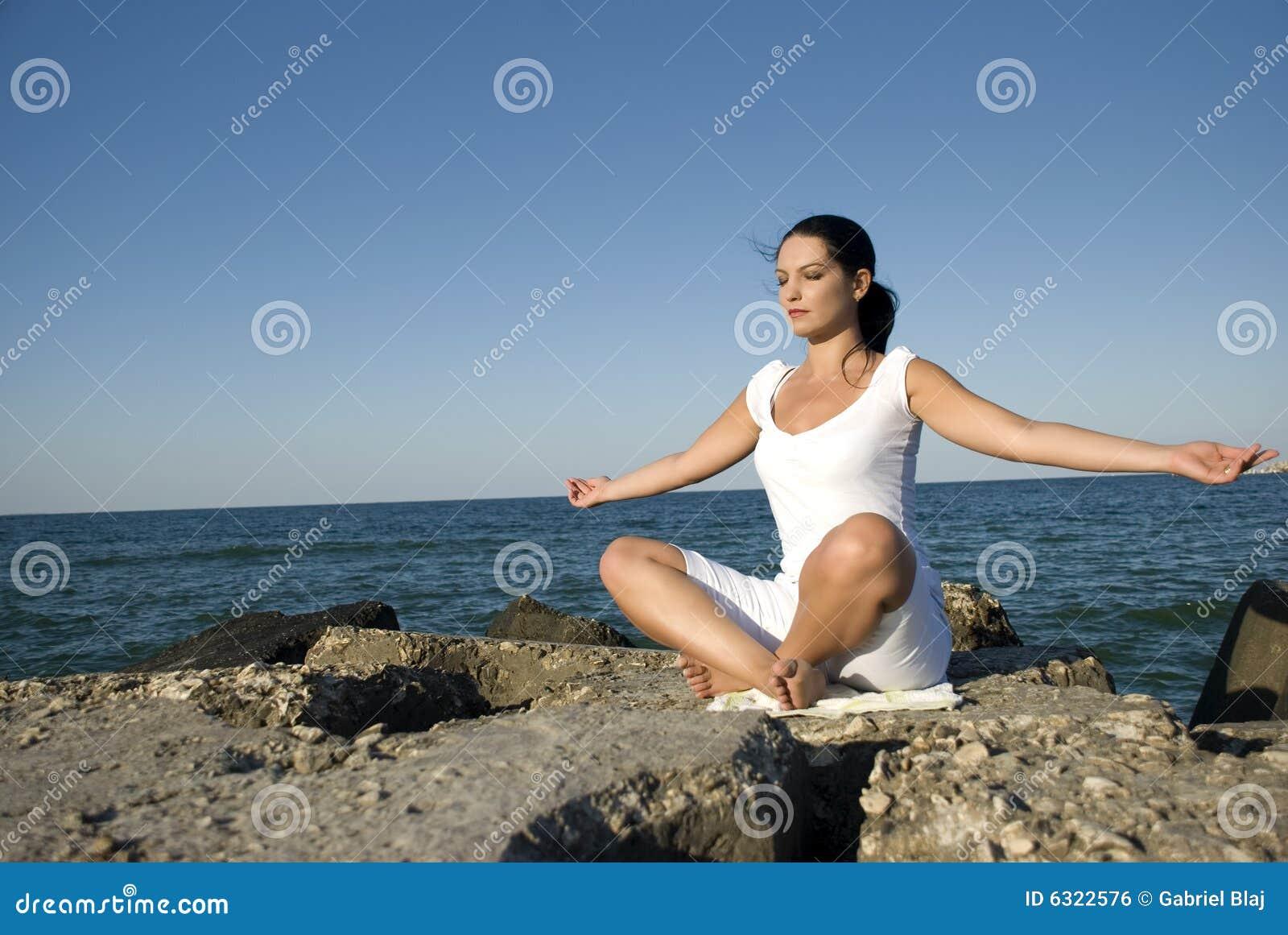 Estilo de la yoga en el mar