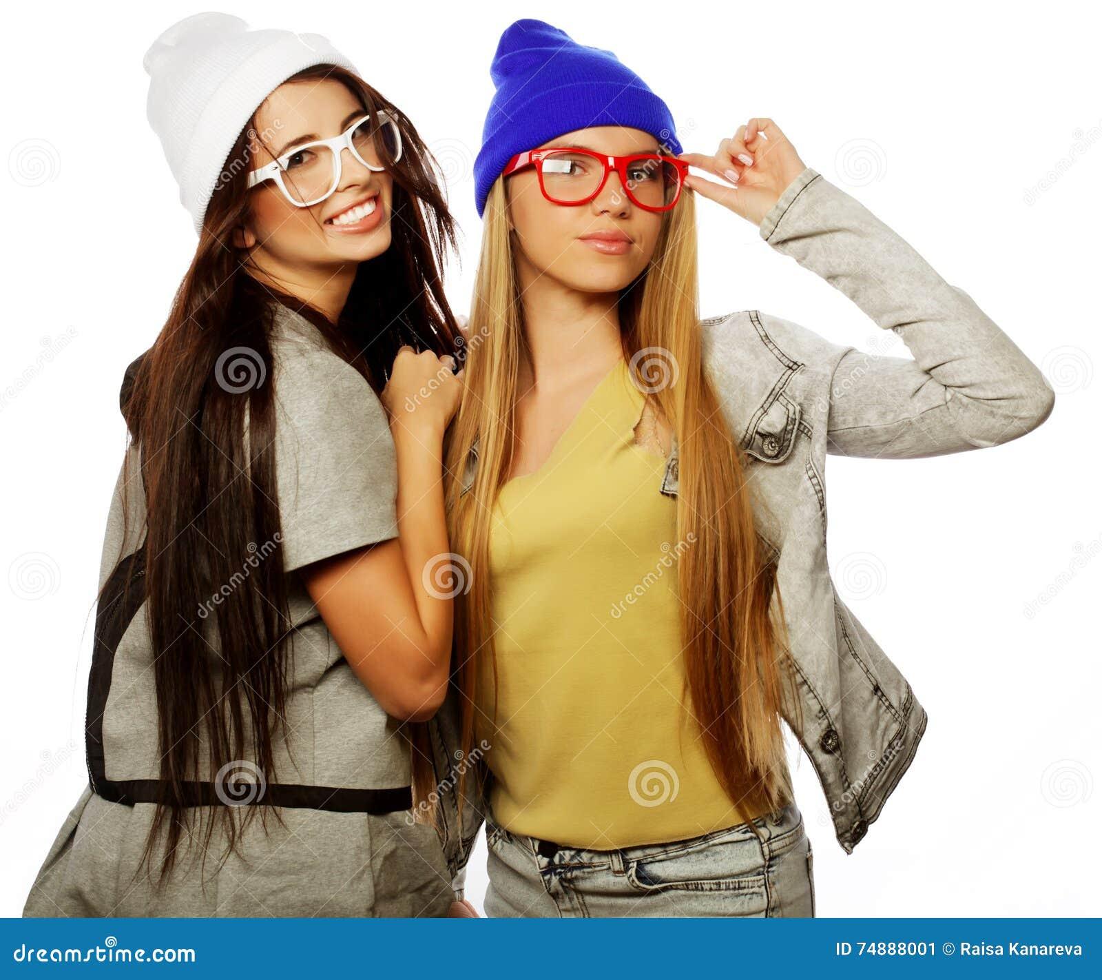 Estilo de vida e conceito dos povos: Dois amigos de moça que estão a