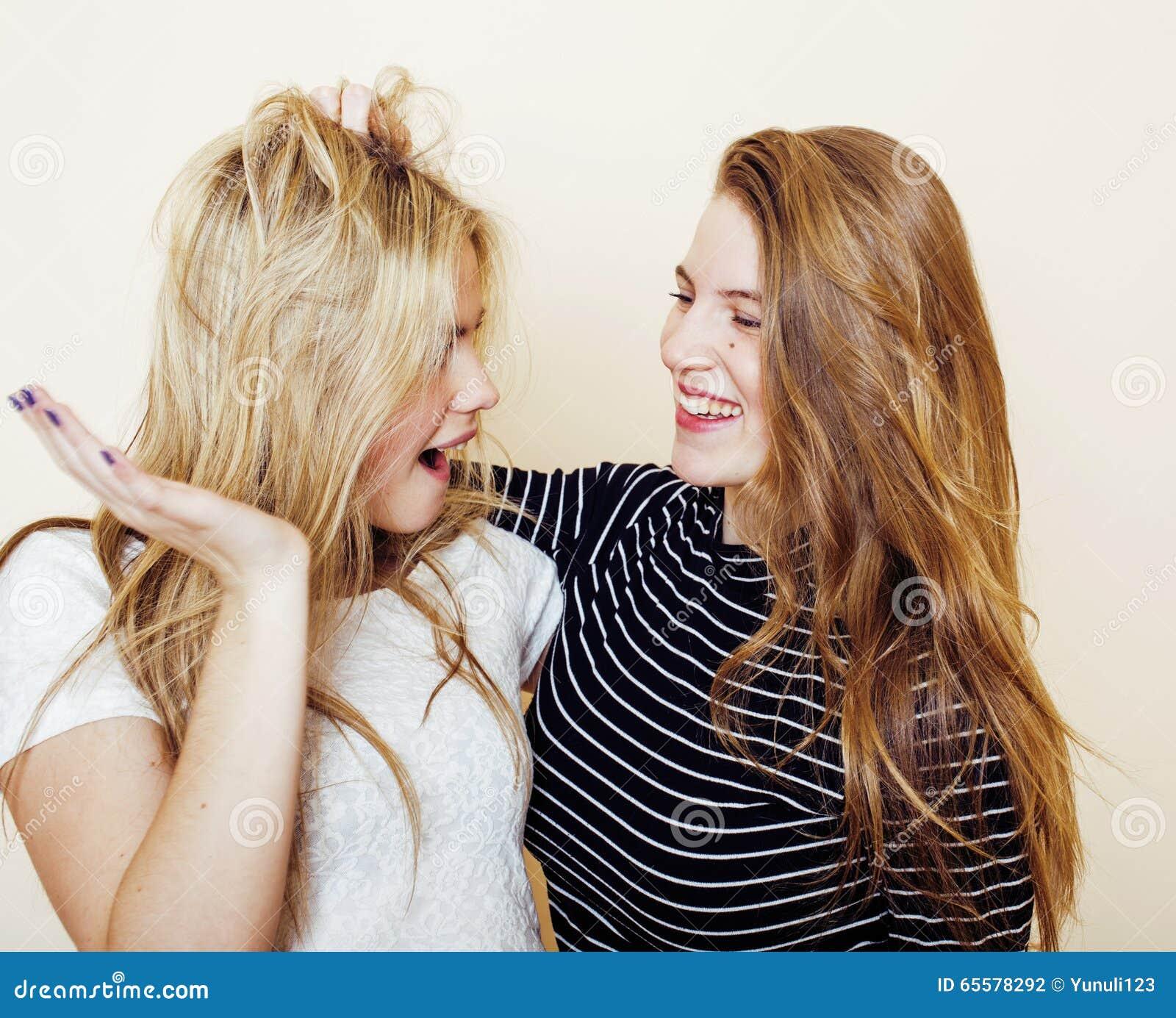 Estilo de vida e conceito dos povos: Forme um retrato de dois melhores amigos  sexy  à moda das meninas, sobre o fundo branco Tem