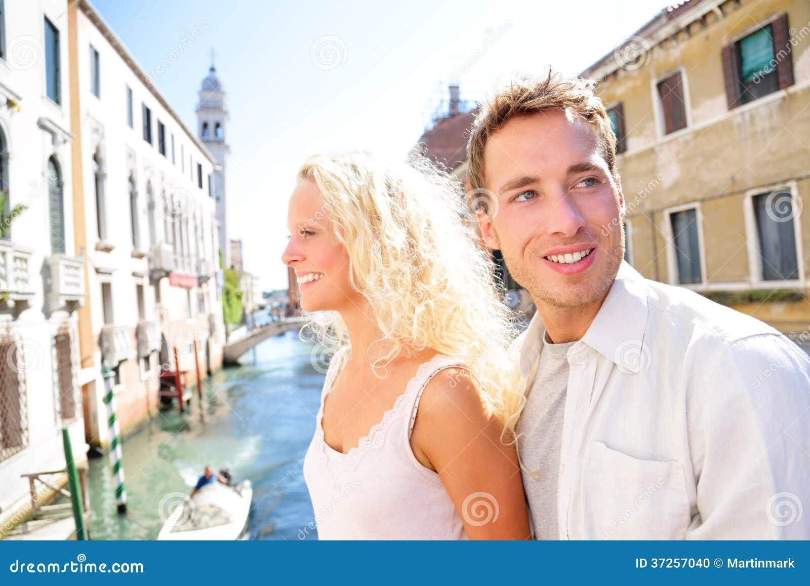 Estilo de vida novo dos pares que anda em Veneza