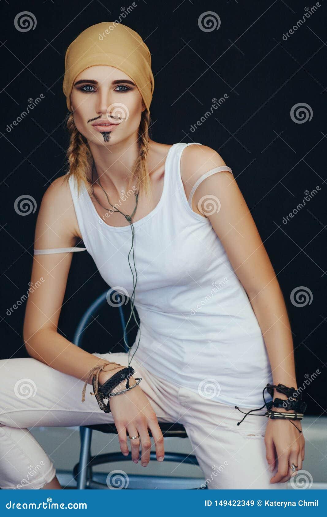 Estilo do pirata do homem para uma mulher