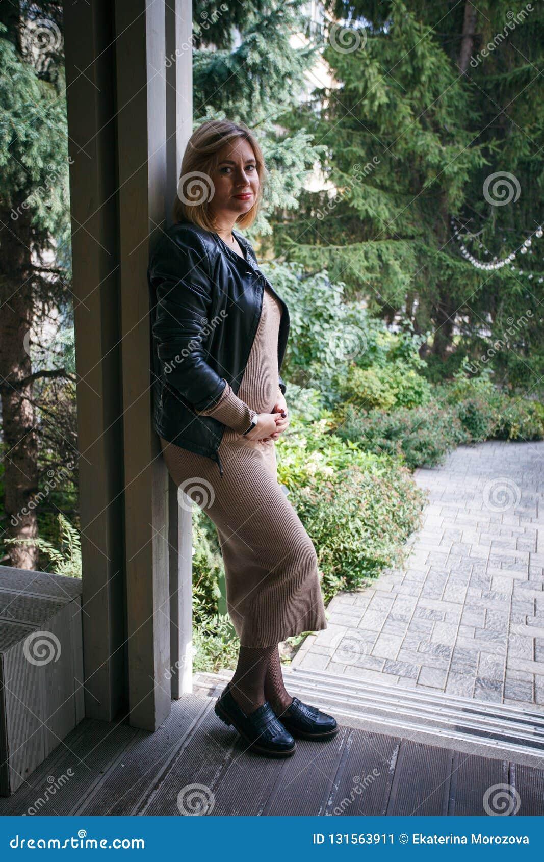 e5477d5e4b6 Estilo elegante de una mujer embarazada en una ciudad moderna La moda  tiende para las mujeres