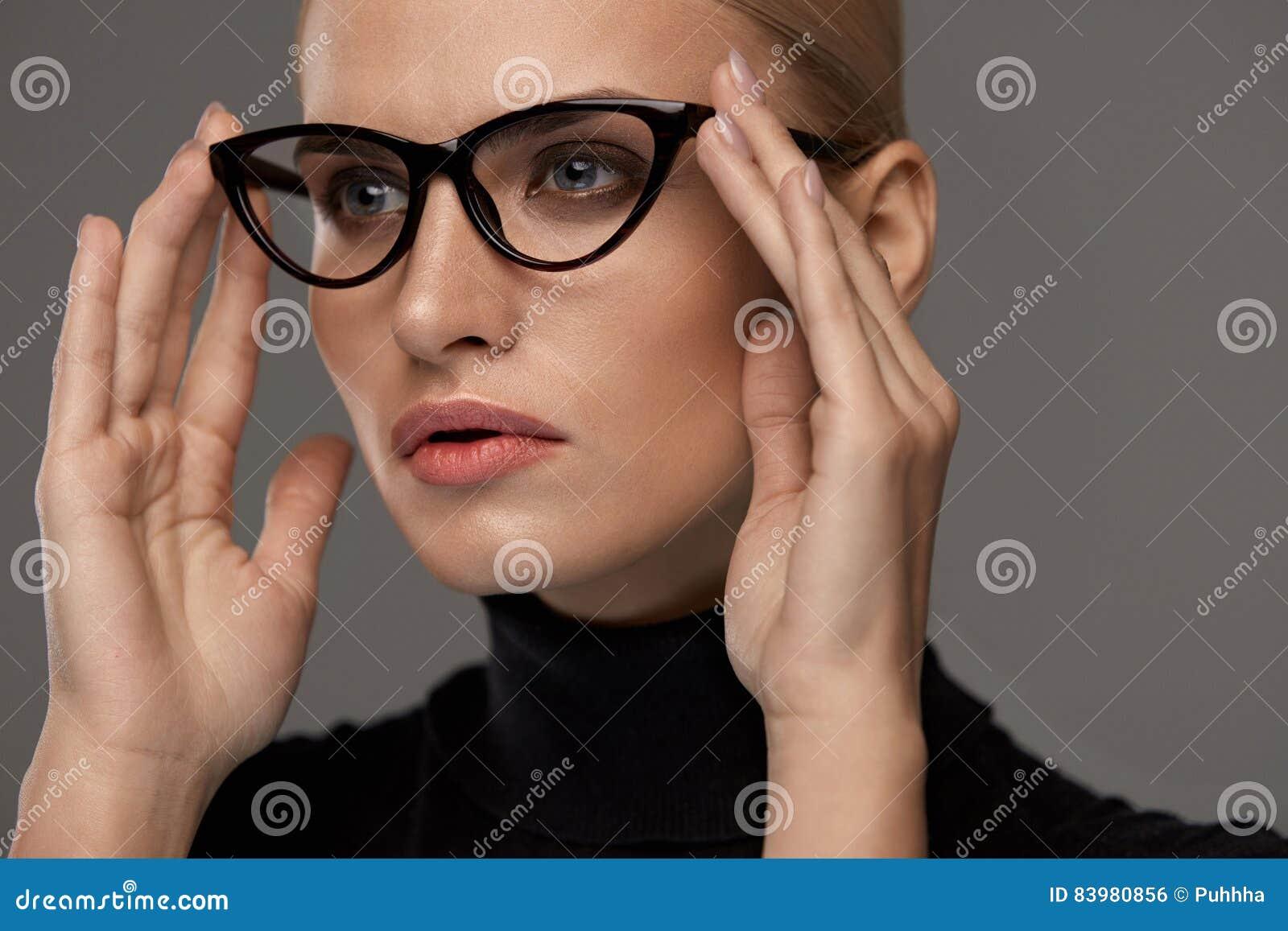 6ef3669eae Estilo femenino de las gafas Retrato de las lentes atractivas hermosas de  la moda de la mujer que llevan joven en Grey Background Primer del bastidor  modelo ...
