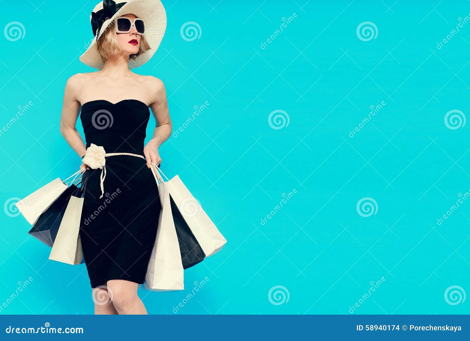 Estilo glamoroso da senhora da compra do verão