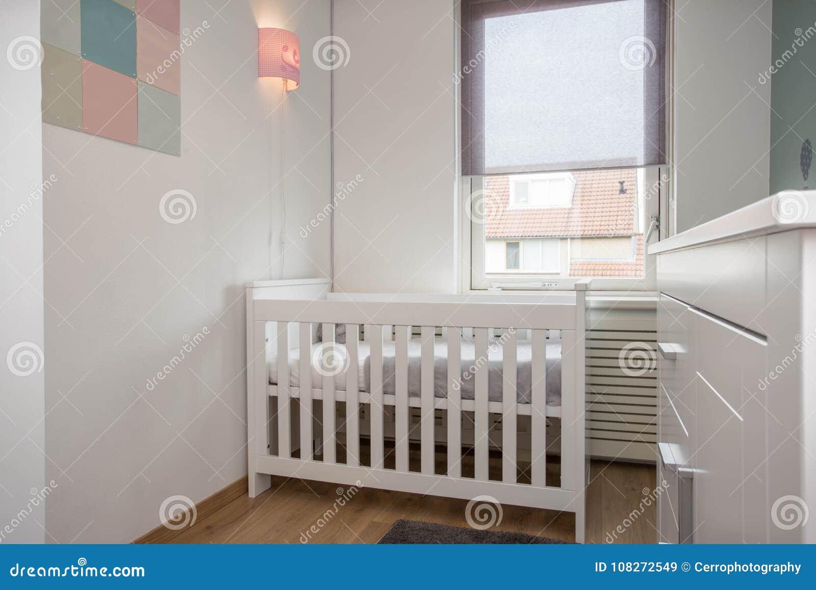 Estilo moderno interior del sitio del bebé con el pesebre del bebé