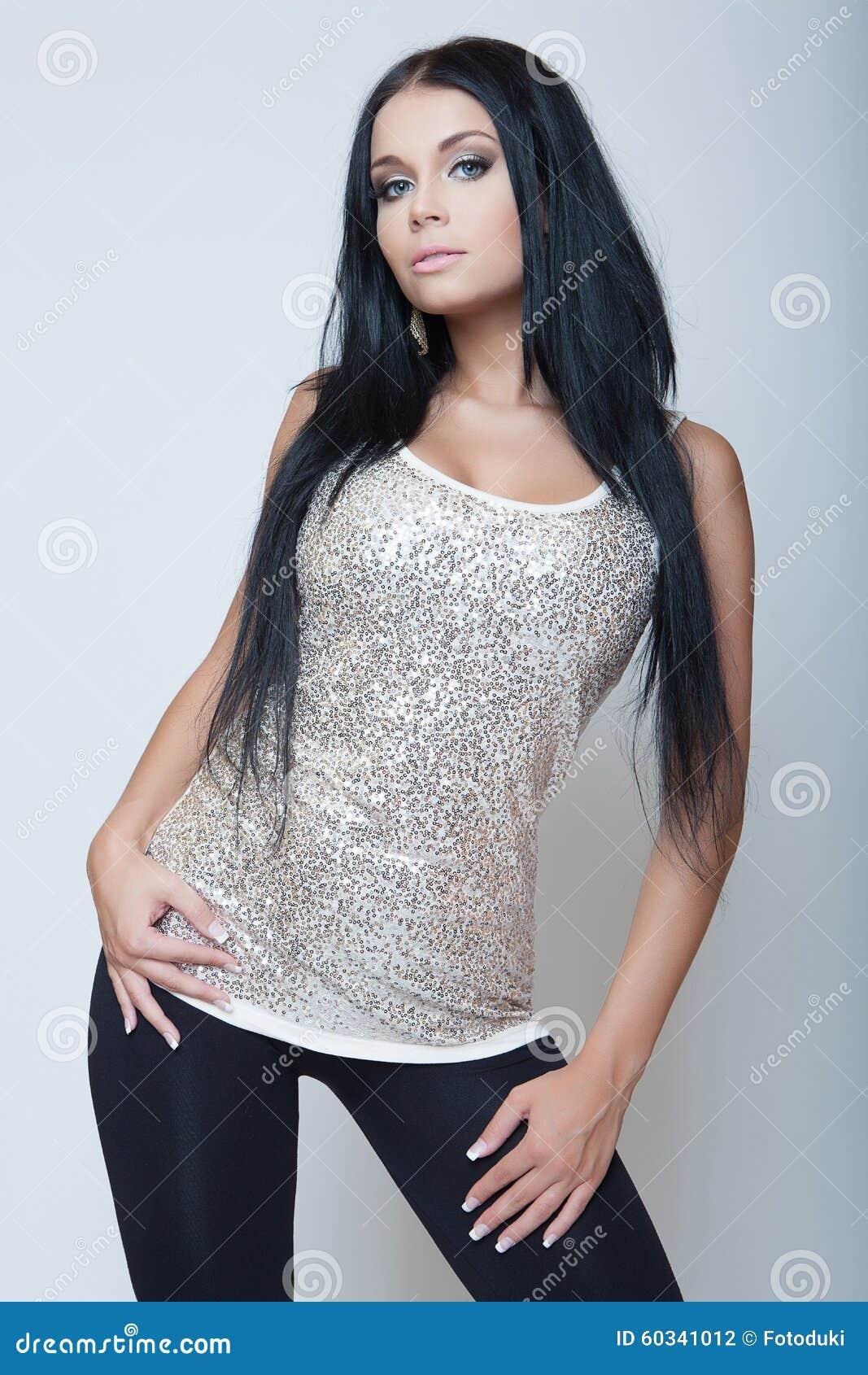 Estilo moreno atrativo da forma da moça na camisa cinzenta