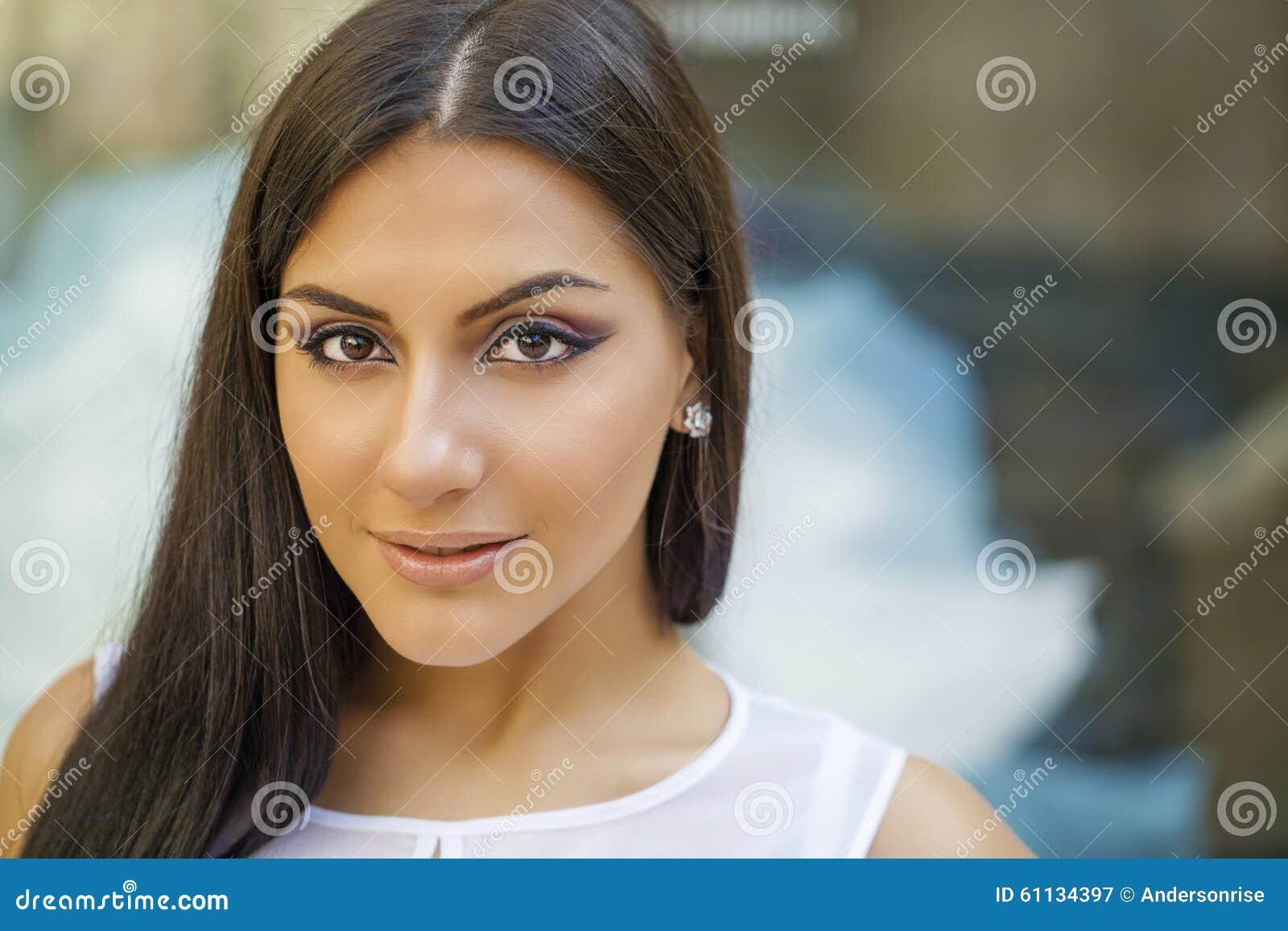 Estilo oriental Modelo árabe sensual de la mujer Piel limpia hermosa