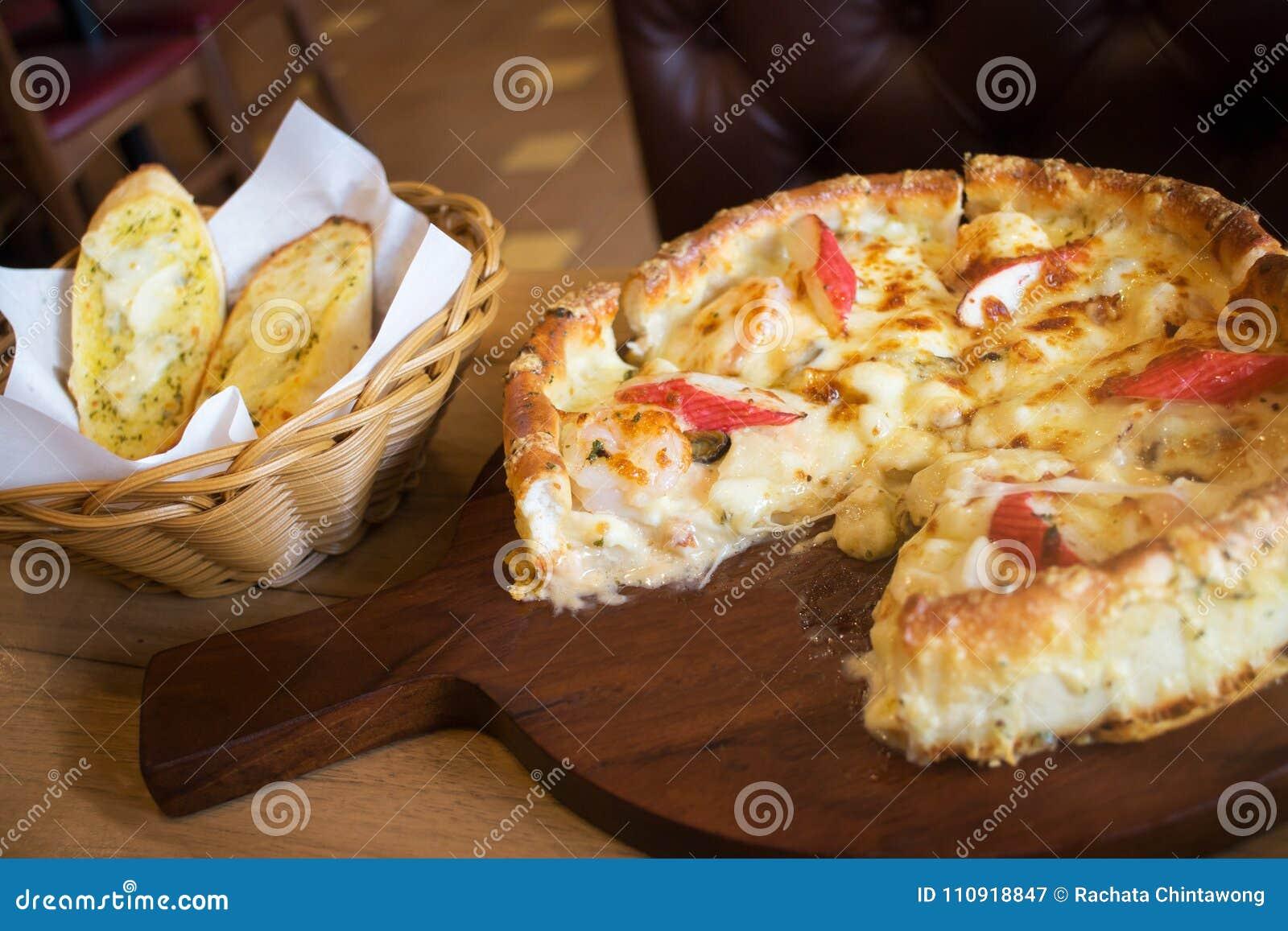 Estilo Profundo De Chicago De La Pizza De Los Mariscos Del Plato Con ...