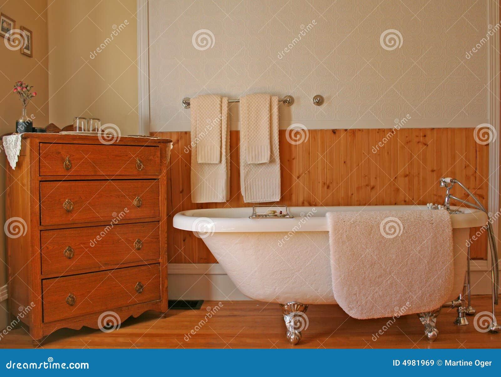 Estilo Retro Do Banheiro. Imagens de Stock Royalty Free Imagem  #AE4913 1300x995 Banheiro Com Banheira Retro