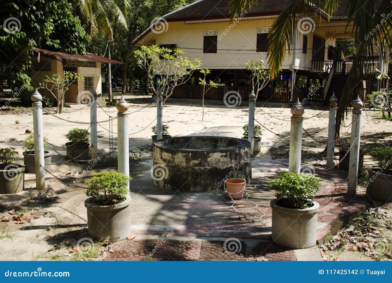 Estilo tailandés cavado santo clásico del pozo de agua en jardín en el templo de Wat Kiean Bang Kaew