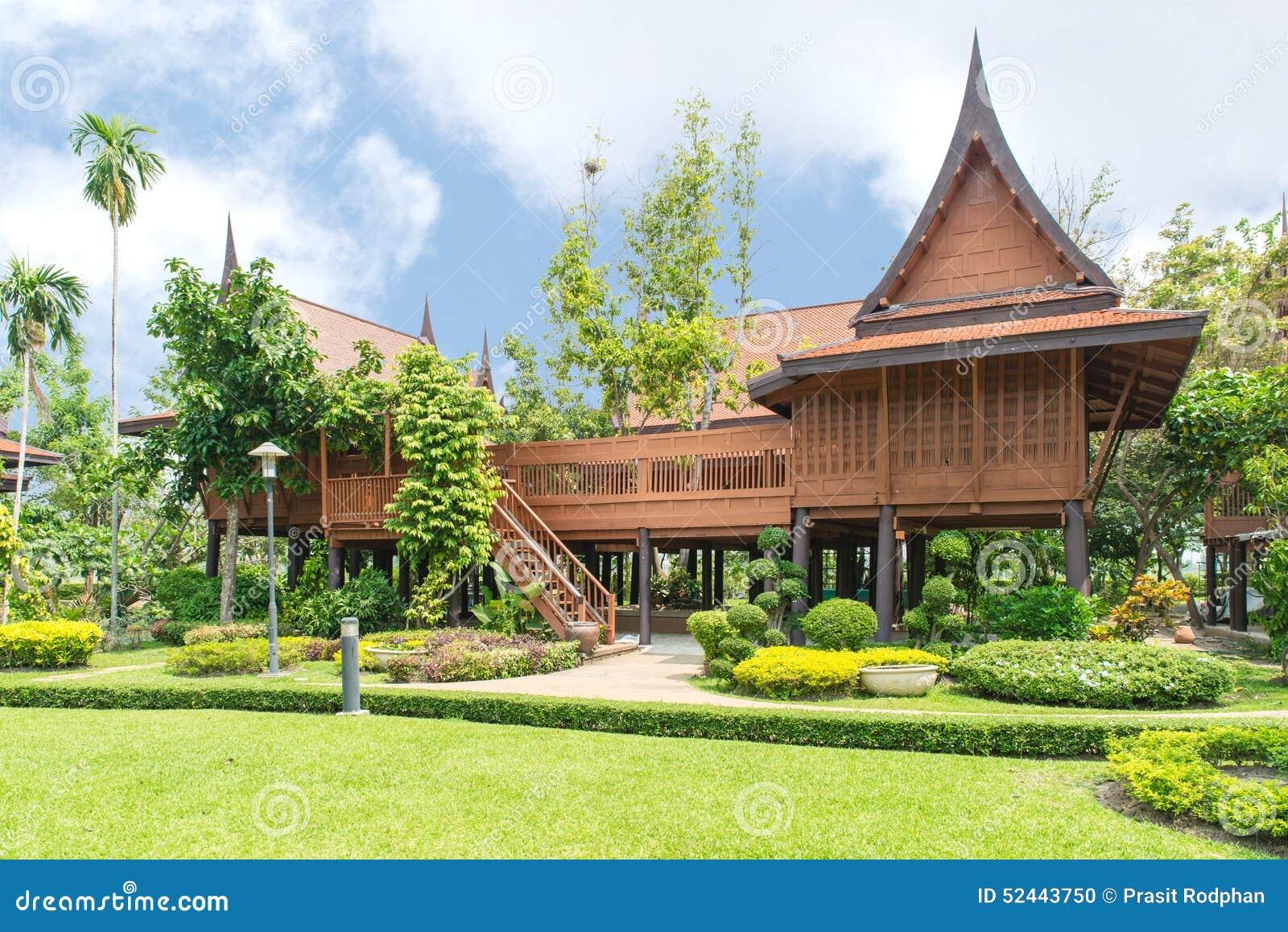 Estilo tailandés, hogar del Teakwood en el jardín, Tailandia