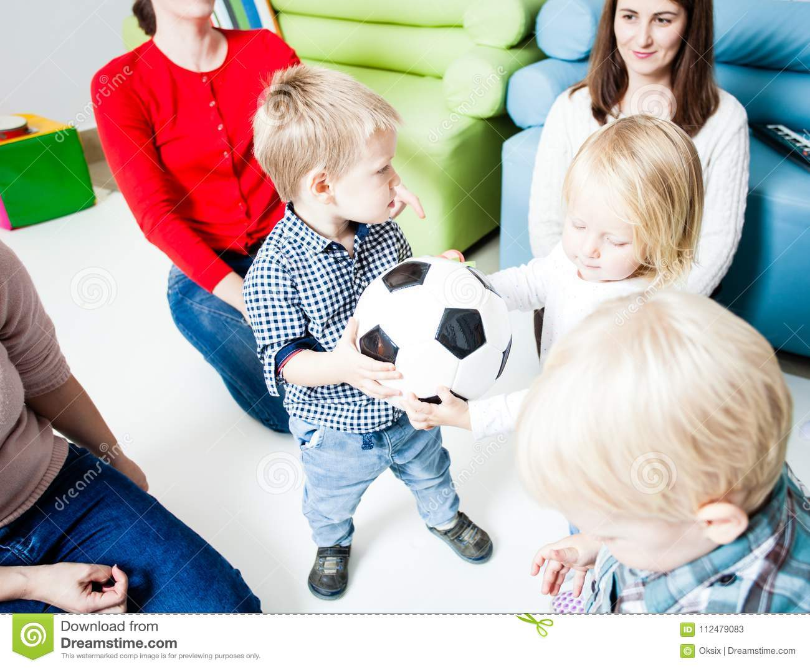 Estiramento das crianças à bola