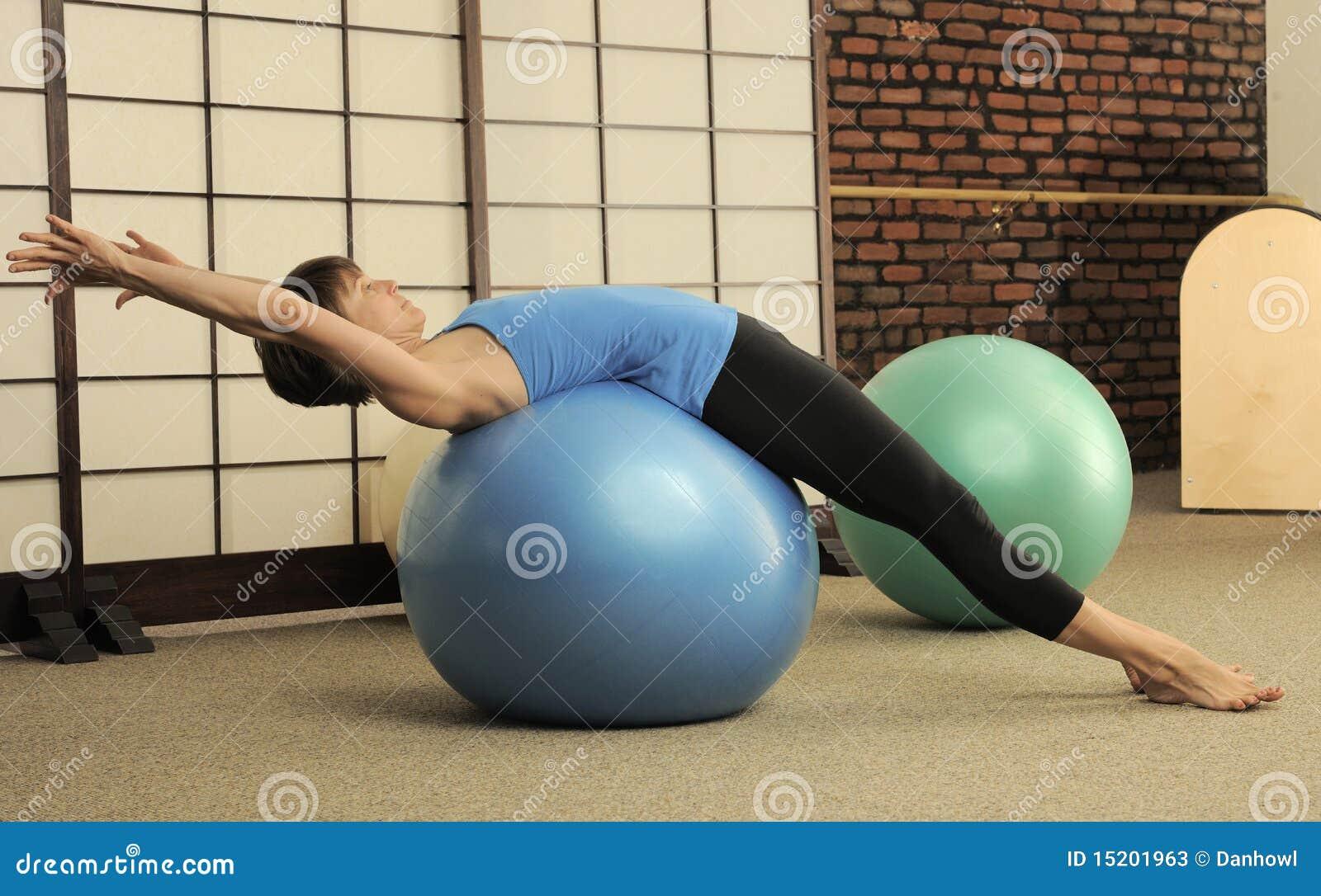 Estiramiento De Pilates En Bolas Del Ejercicio Imagen de archivo ...