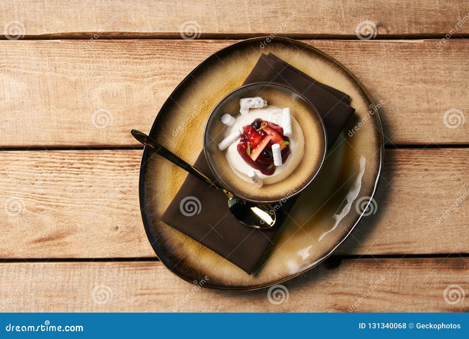 Estlands zoet dessert Kama met yoghurtmousse, wilde bessen
