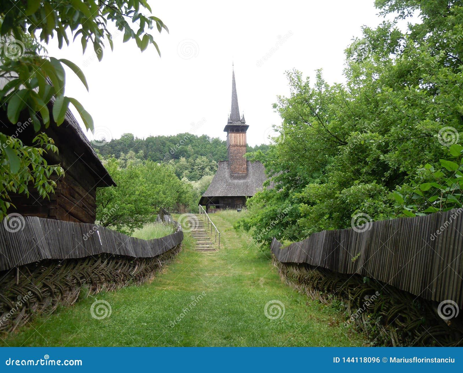 A estrada à igreja de madeira