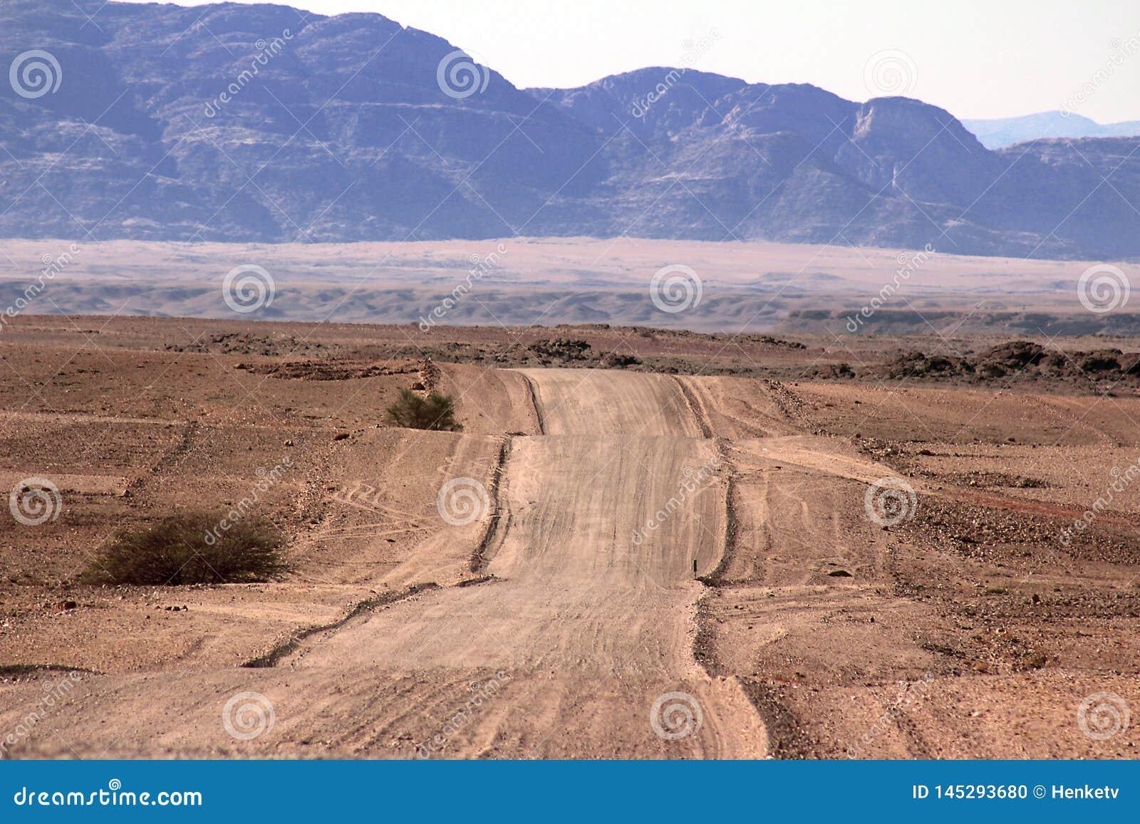 Estrada à terra através do deserto