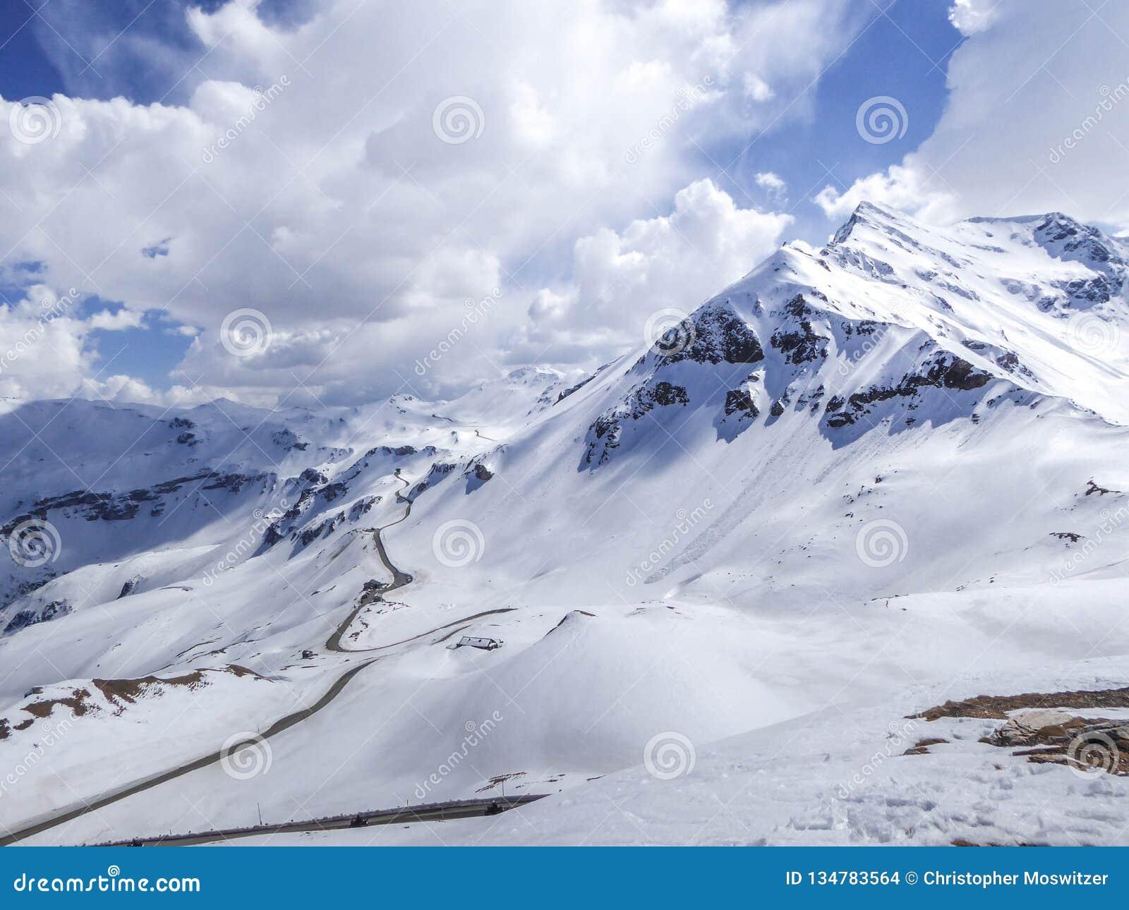 Estrada alpina alta da montanha de Áustria - de Grossglockner