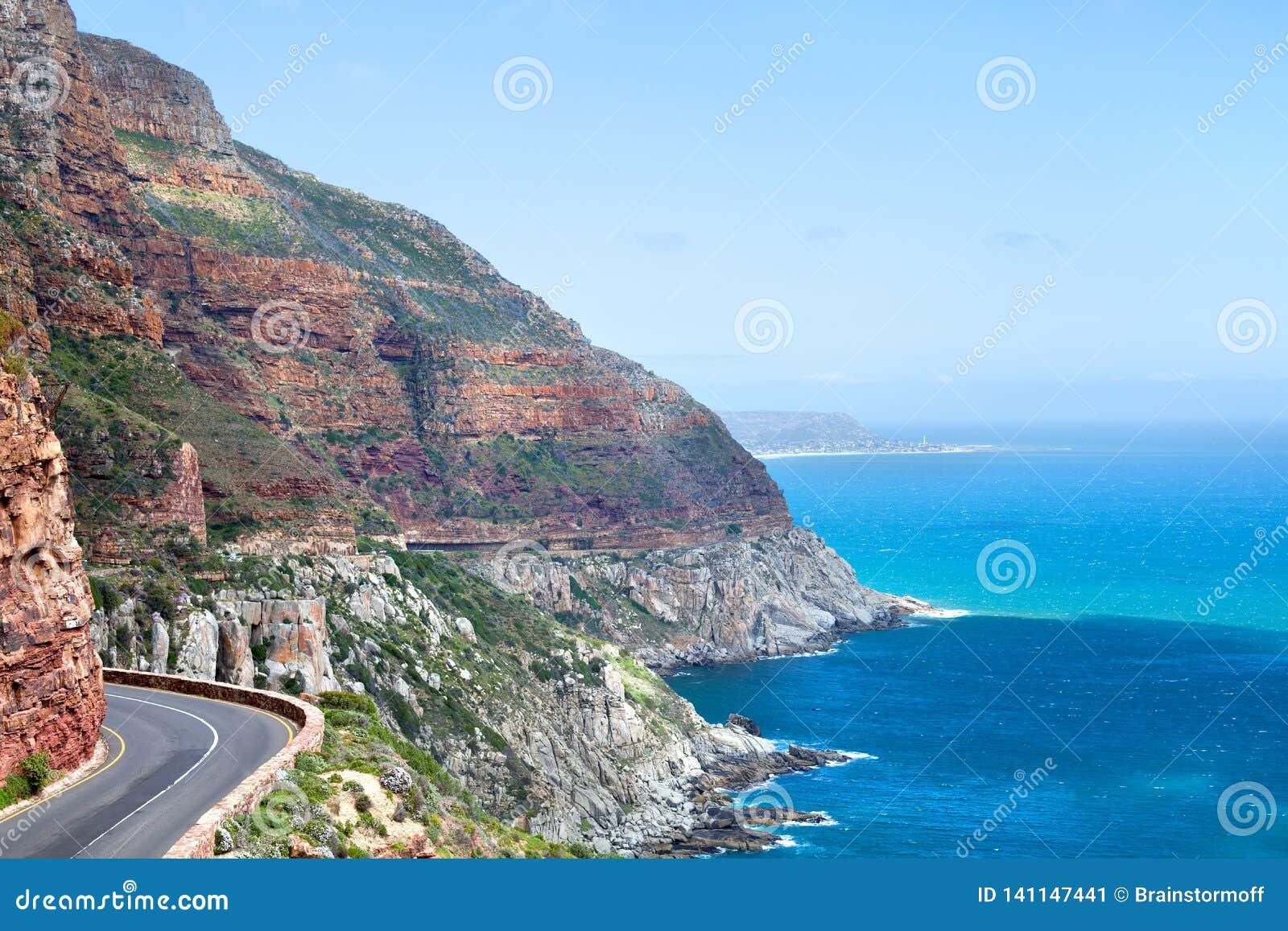 Estrada ao longo da costa de mar, seascape da montanha da água do oceano de turquesa, paisagem bonita do Mountain View, Cape Town