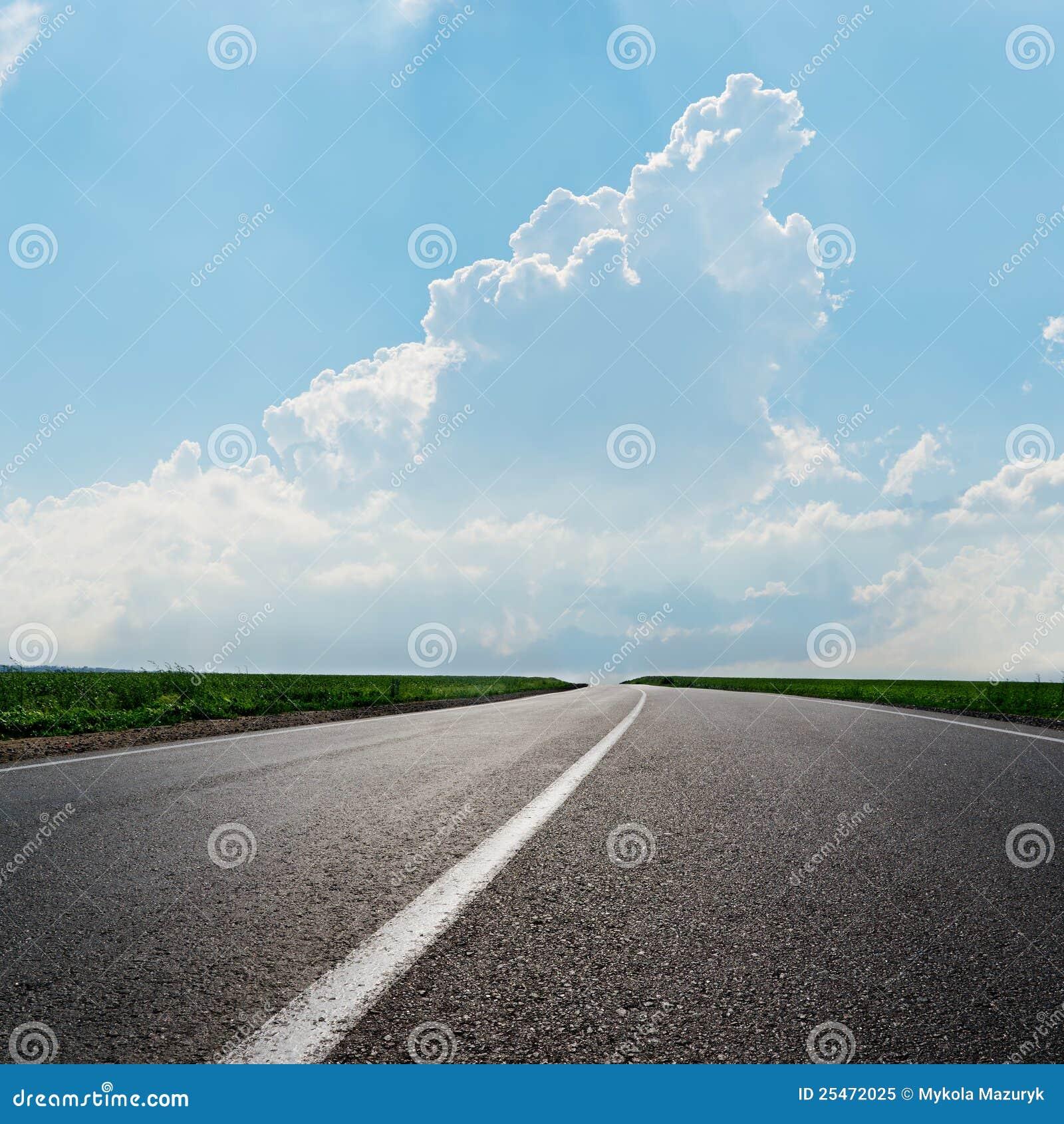 Estrada asfaltada ao horizonte