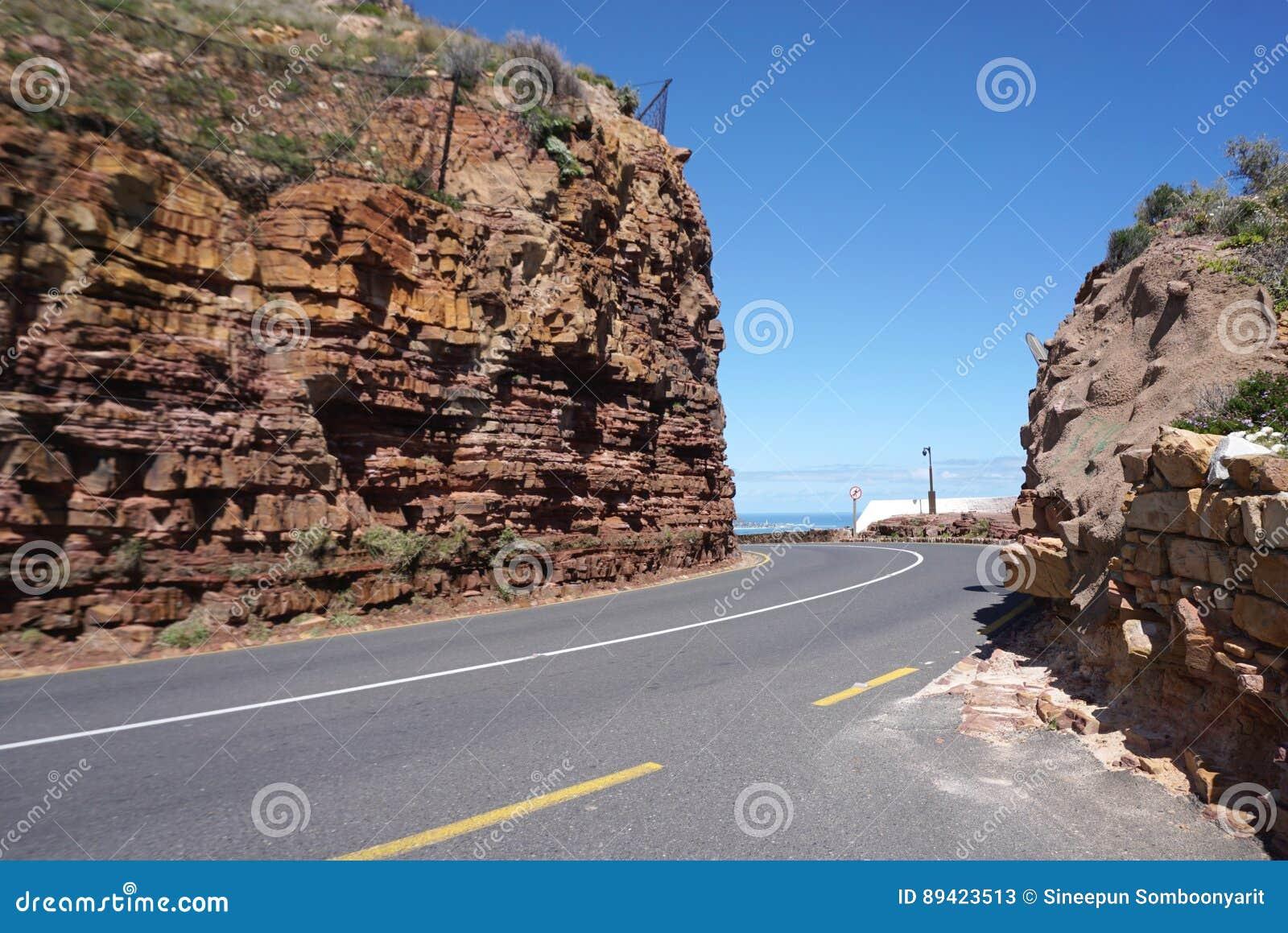 Estrada bonita embora o monte de pedra vermelho perto do ponto do cabo no tampão