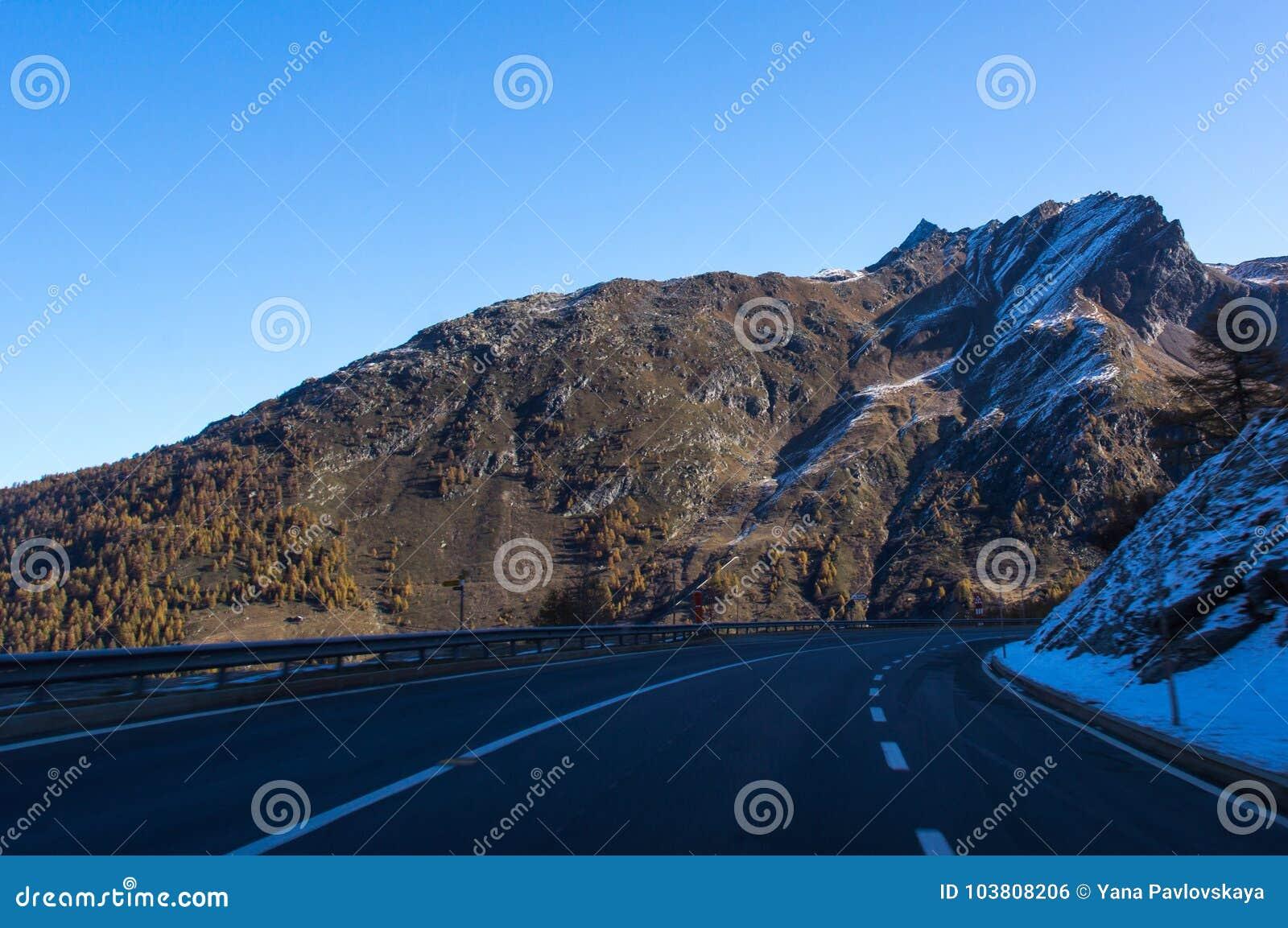Estrada bonita nos cumes suíços