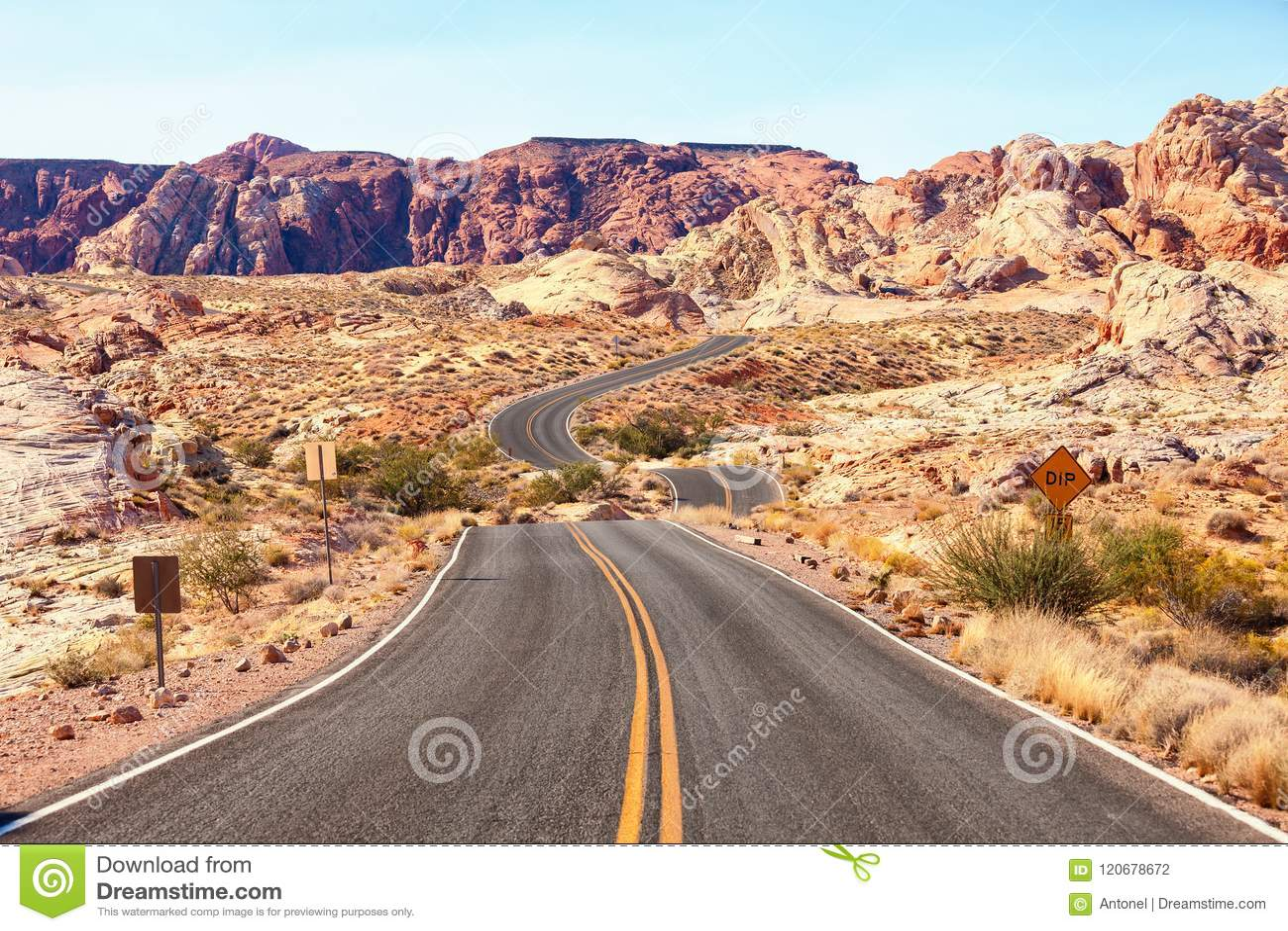 Estrada cênico no vale do parque estadual do fogo, Nevada, Estados Unidos