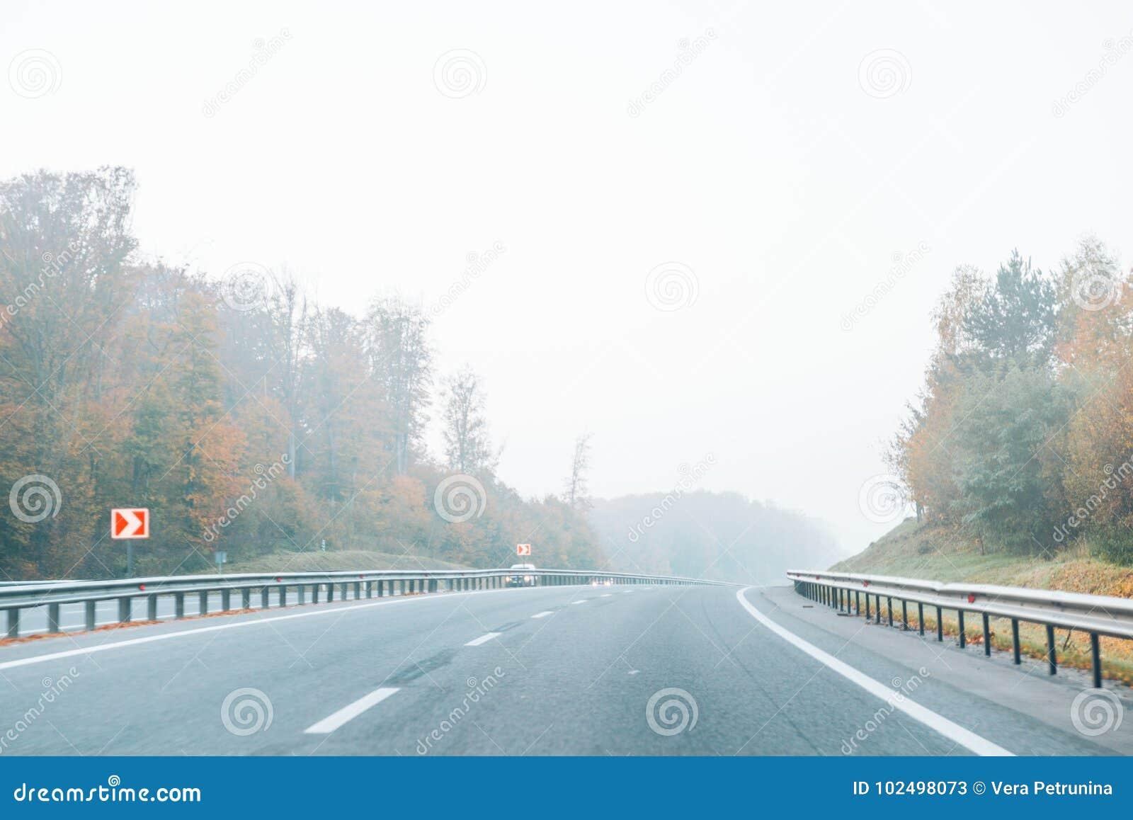Estrada com névoa na estrada