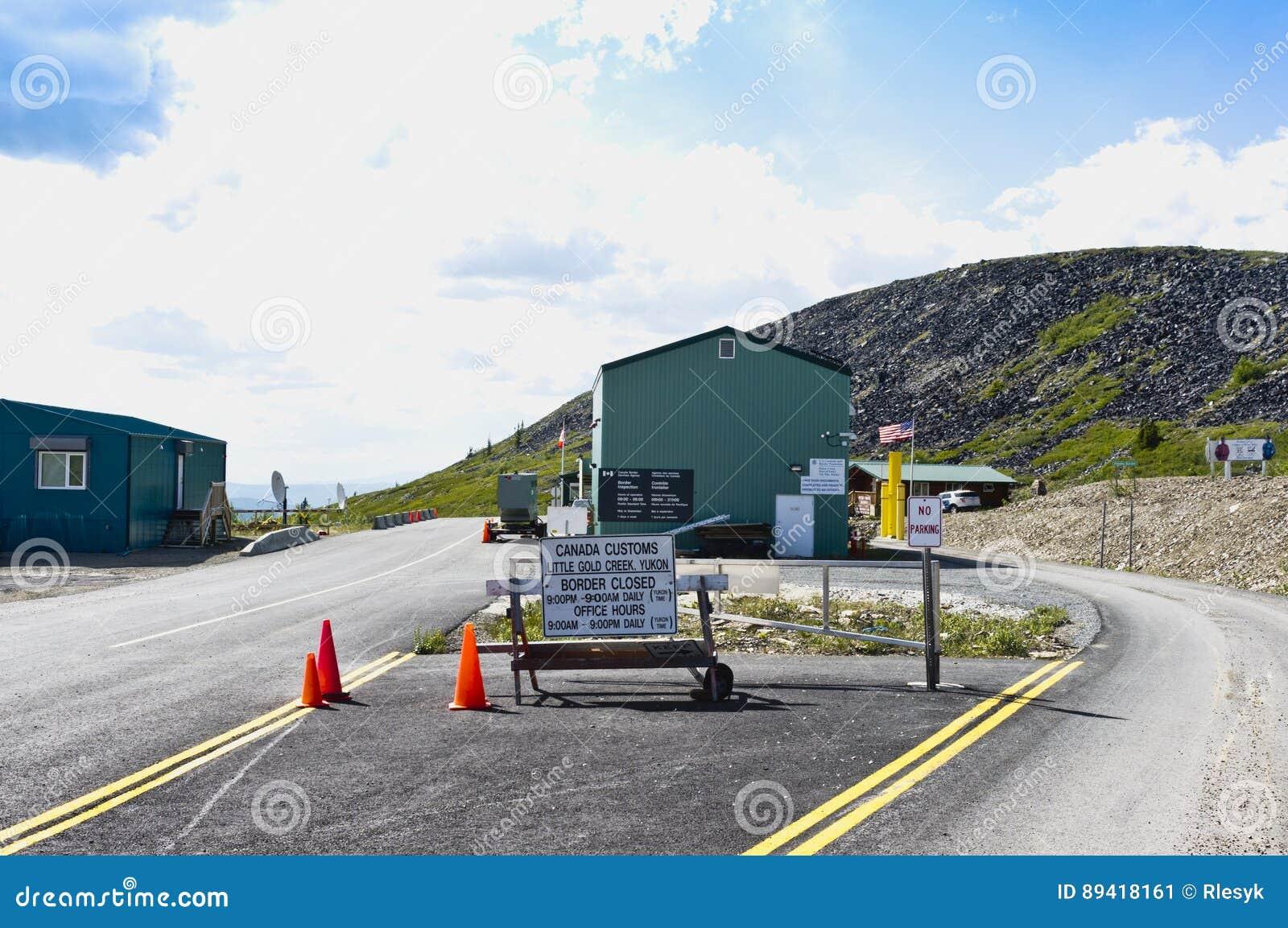 Estrada da beira de Alaska, EUA - Canadá no topo do mundo