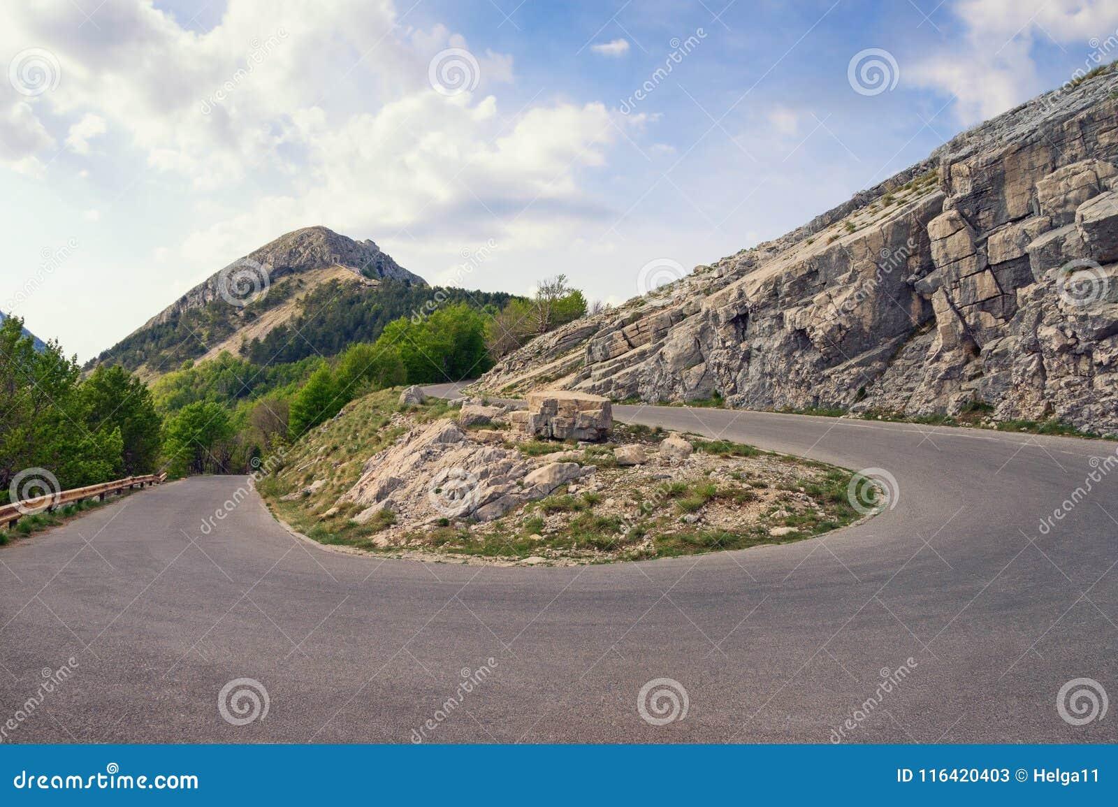 Estrada da montanha com uma volta de 180 graus Montenegro, vista do parque nacional de Lovcen