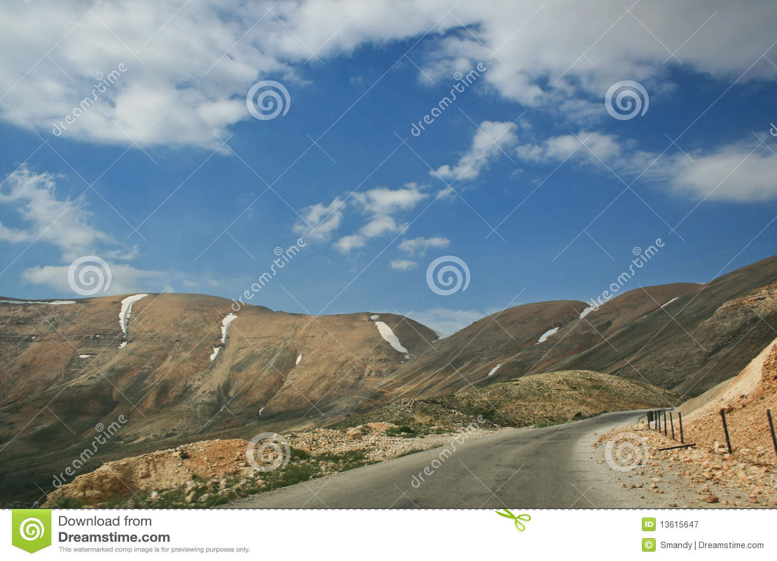 Estrada da montanha no pico o mais elevado de Líbano