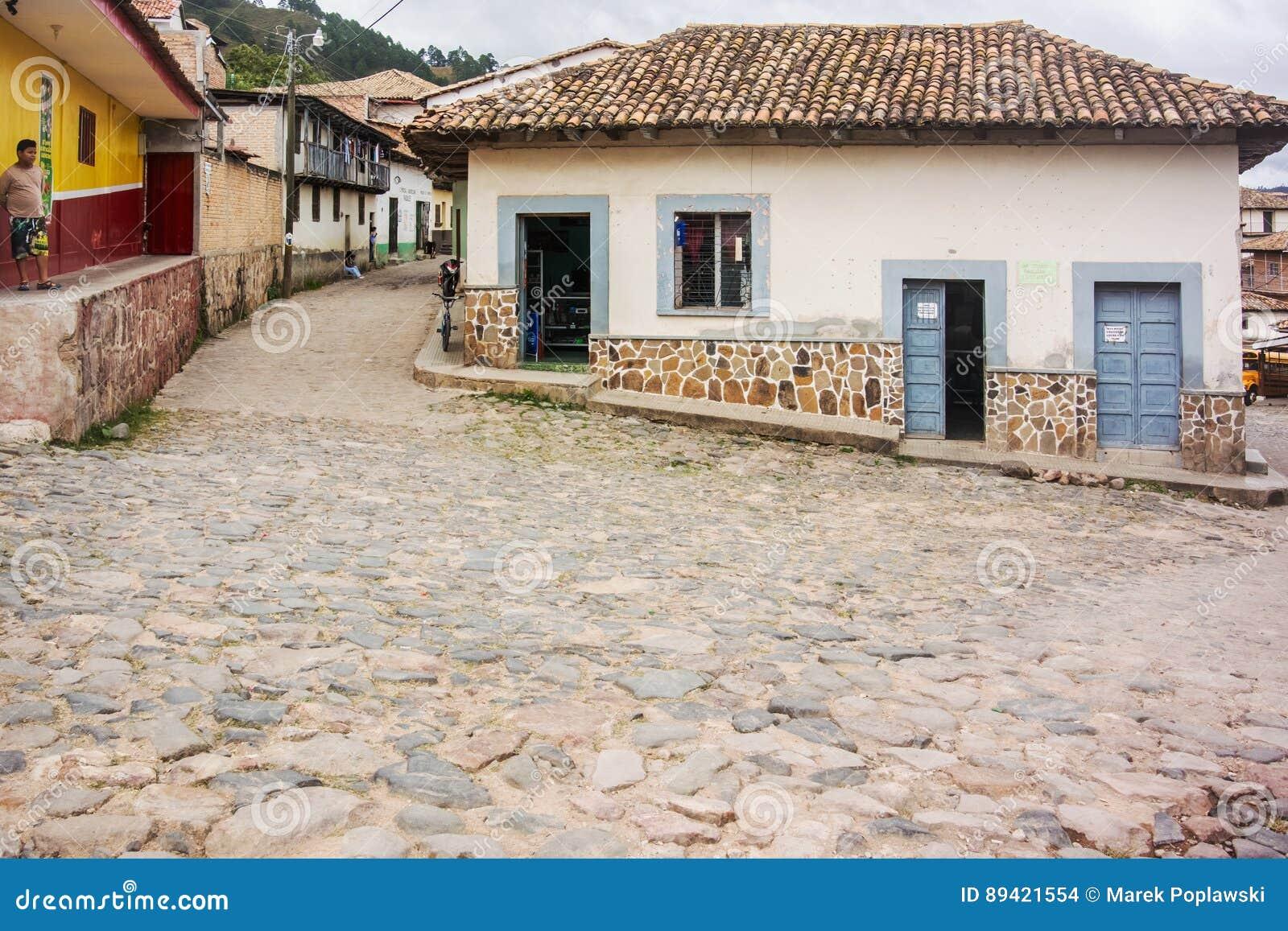 Estrada da pedra na cidade da montanha de Yuscaran nas Honduras