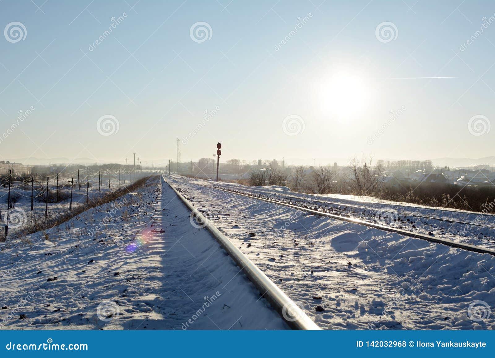 A estrada de ferro da geada sob o sol do meio-dia