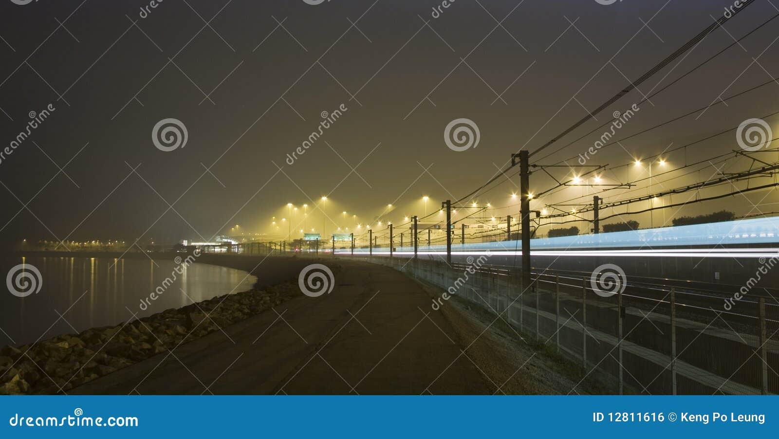 Estrada de ferro e lago