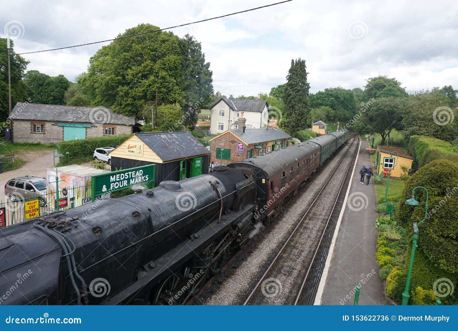 Estrada de ferro meados de Medstead do vapor de Hants e estação de quatro marcas