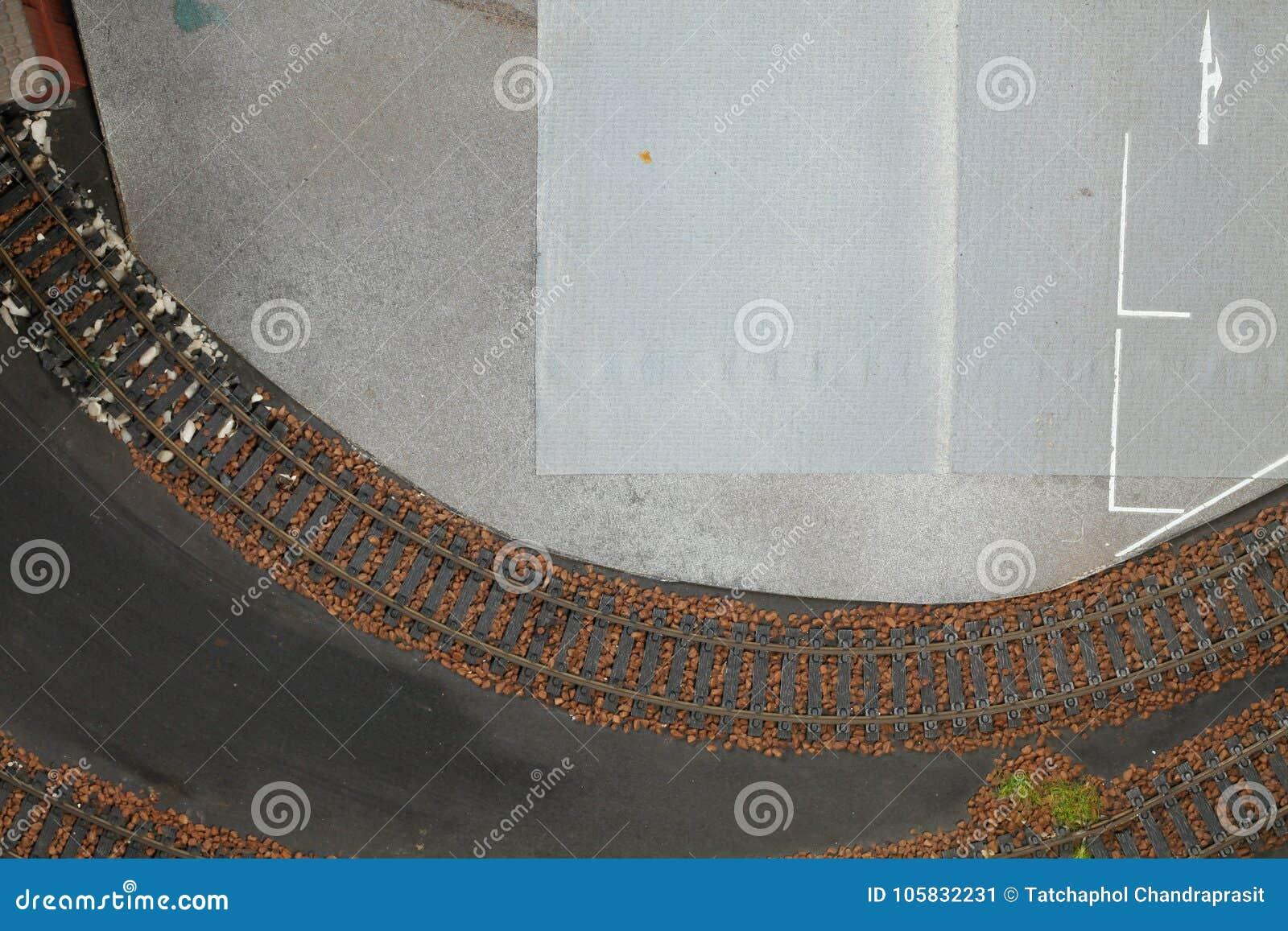 Estrada de ferro modelo na cena modelo diminuta