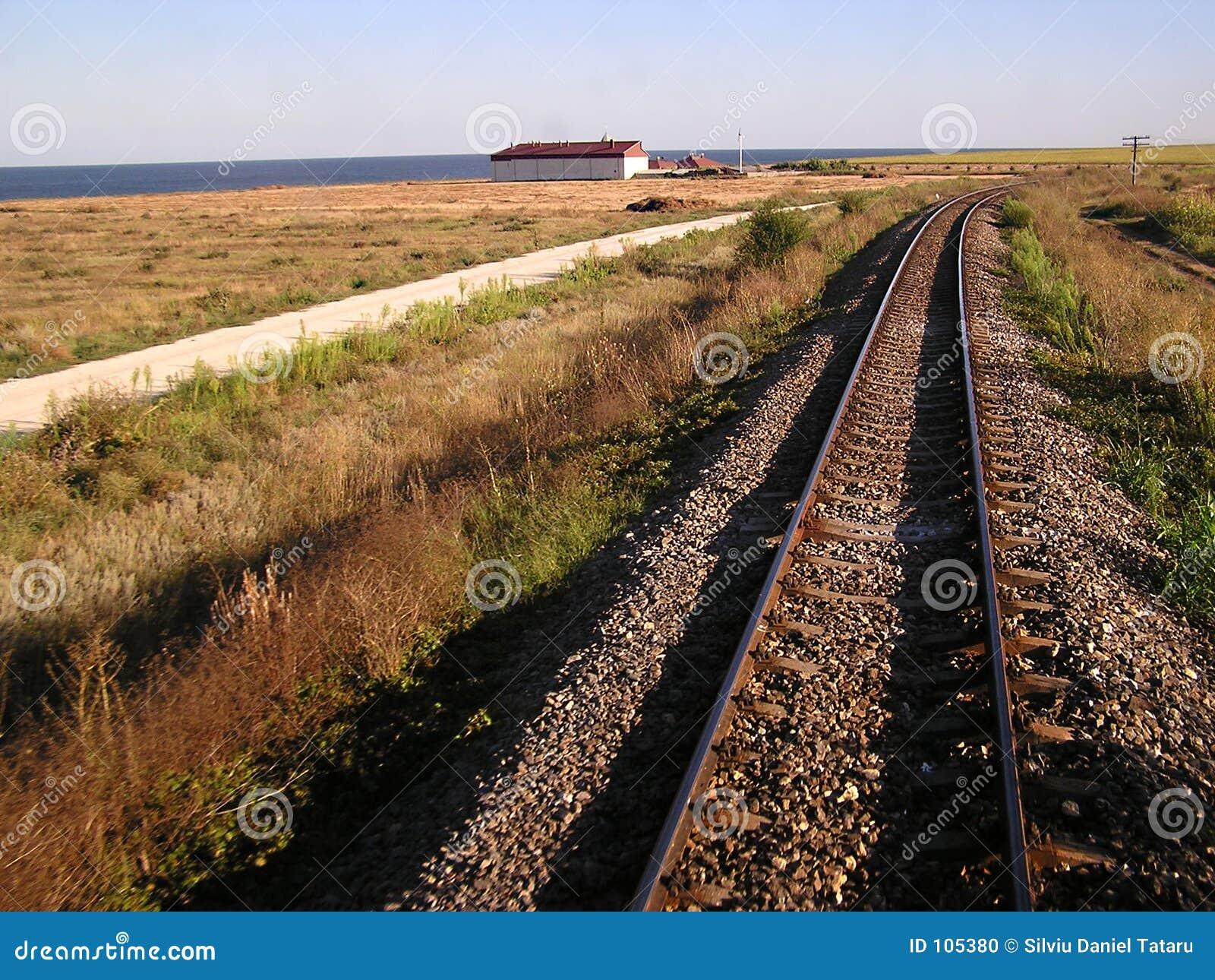 Estrada de ferro na costa de mar