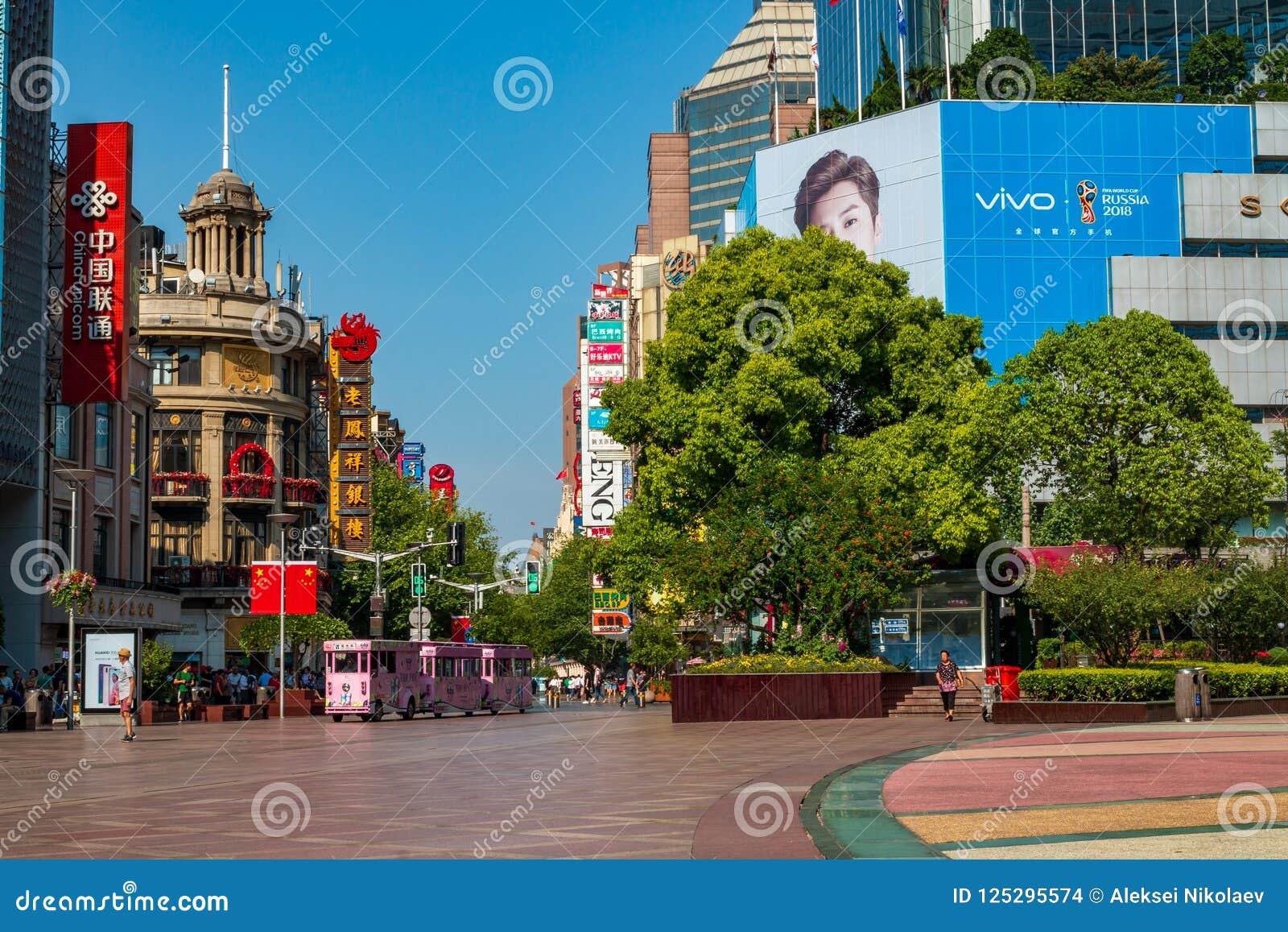 A estrada de Nanjing é a rua principal da compra em Shanghai e em uma das ruas comerciais as mais ocupadas do ` s do mundo