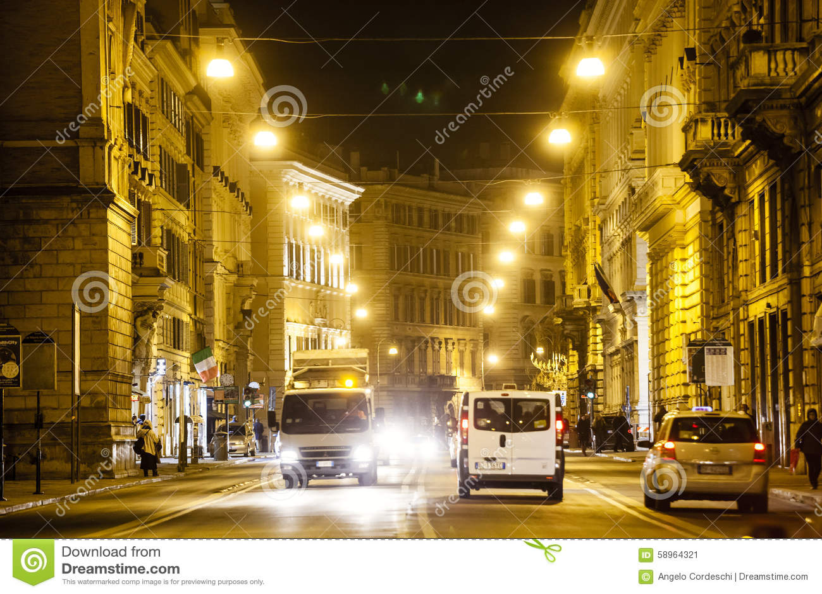 Estrada de Roma na noite, no tráfego urbano e no citylife Italy