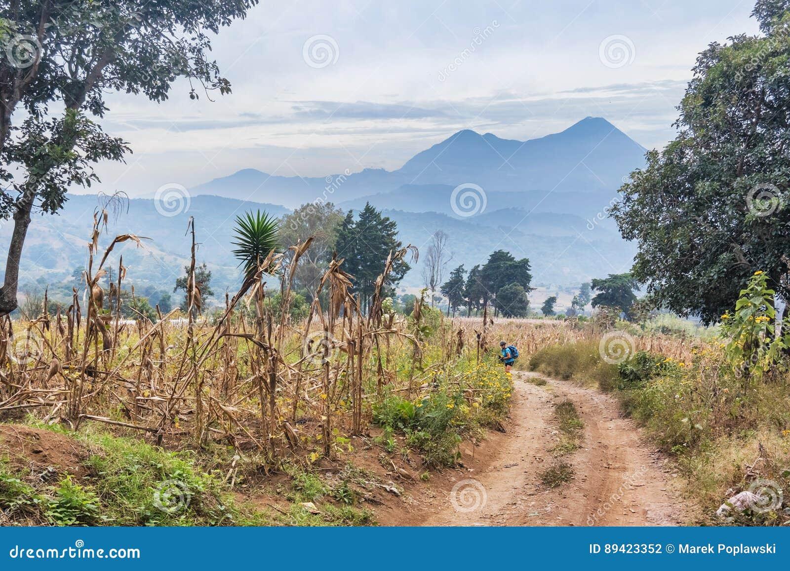 Estrada de terra e as montanhas vulcânicas no fundo no olá!