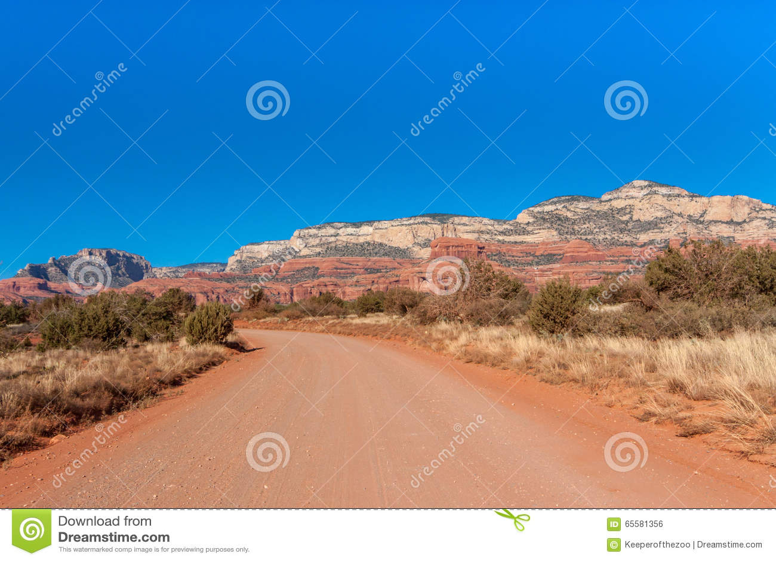 Estrada de terra vermelha com a paisagem de Sedona